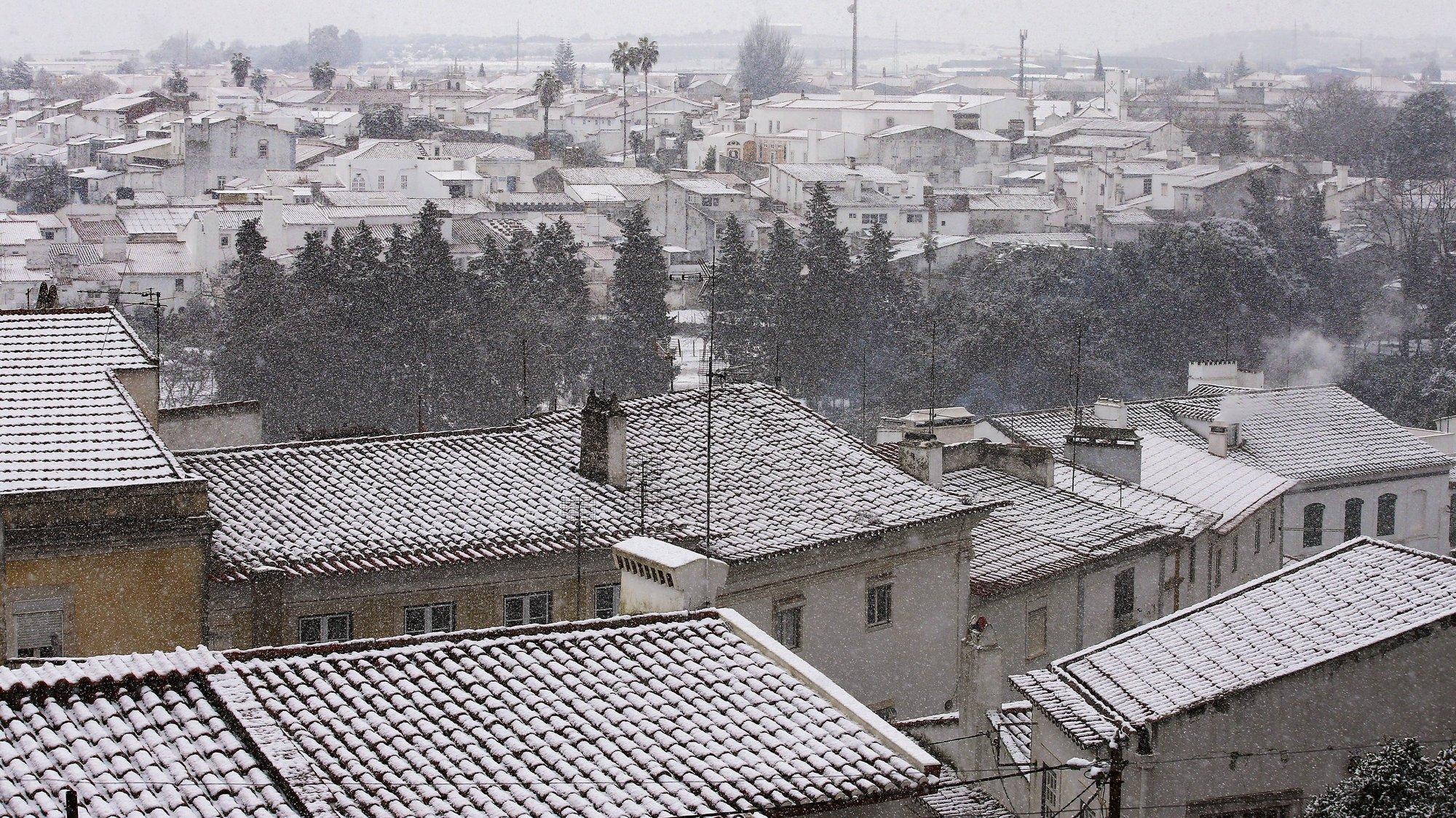 Forte nevão em Estremoz, fenómeno meteorológico raro no alentejo. Não nevava no distrito de Évora há 12 anos. Estremoz, 09 de janeiro de 2021. O Instituto Português do Mar e da Atmosfera (IPMA) mantêm o continente e a Madeira em alerta amarelo devido ao frio previsto para o fim-de-semana, e prevê que a temperatura média da próxima semana esteja abaixo dos valores normais para a época.  NUNO VEIGA/LUSA