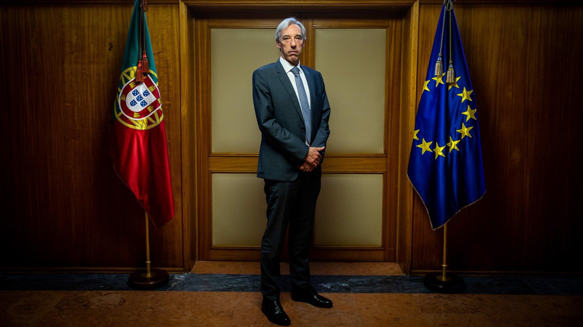 O ministro da Defesa Nacional, João Gomes Cravinho, posa para a fotografia duranten uma entrevista à agência Lusa, no Ministério da Defesa Nacional, em Lisboa, 16 de fevereiro de 2021. O ministro da Defesa vai propor o alargamento das competências do Chefe do Estado-Maior das Forças Armadas (CEMGFA), que passa a ter o comando operacional de toda a atividade militar, e disse contar com o apoio das chefias. (ACOMPANHA TEXTO DA LUSA DO DIA 17 DE FEVEREIRO DE 2021). JOSÉ SENA GOULÃO/LUSA
