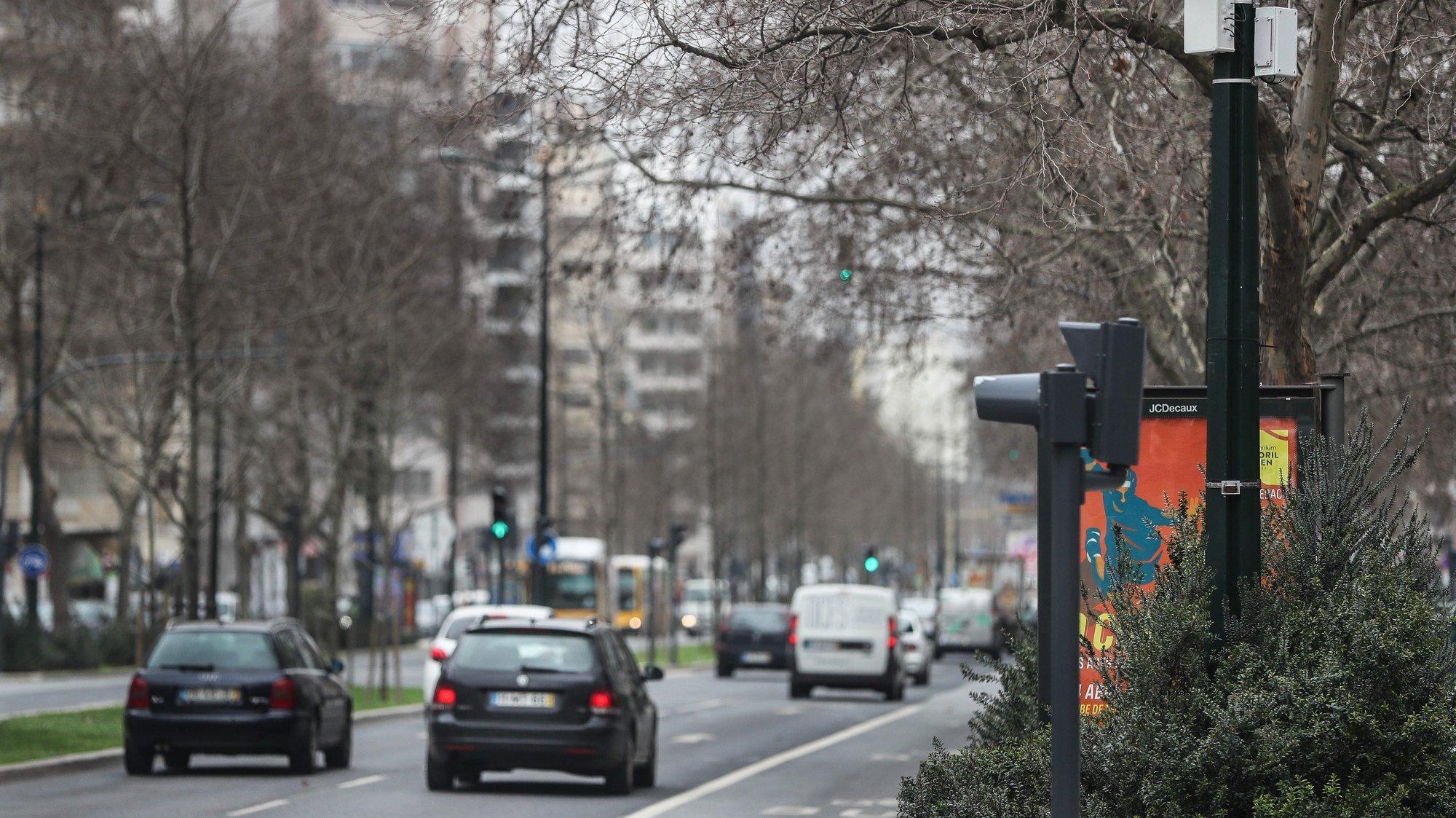 Um dos sensores de monitorização ambiental que foram instalados pela Câmara Municipal de Lisboa para controlar em tempo real a qualidade do ar, níveis de ruído ou do trânsito, em Entrecampos, Lisboa, 19 de fevereiro de 2021. A informação recolhida pela rede de sensores que se encontram espalhados pela cidade estará disponível a partir do dia 31 de março. MÁRIO CRUZ/LUSA