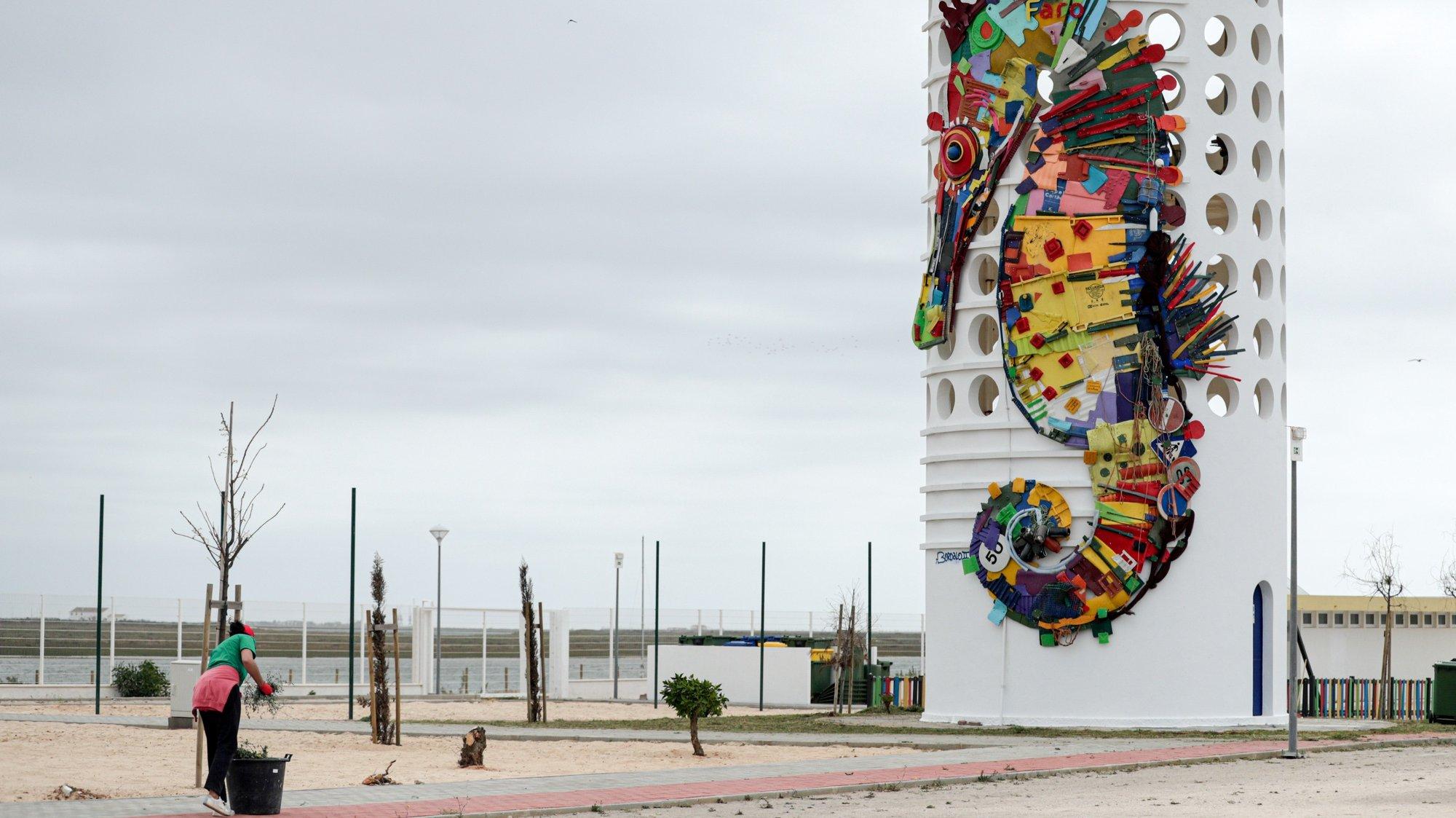 Uma escultura de um Cavalo Marinho, peça escultóricas do artista Bordalo II, promovida pela Câmara Municipal de Faro (CMF) e a Universidade do Algarve (UAlg), é vista na torre do depósito de água do parque de campismo da praia de Faro, no dia da sua inauguração, em Faro, 09 de abril de 2021. (ACOMPANHA TEXTO). LUÍS FORRA/LUSA