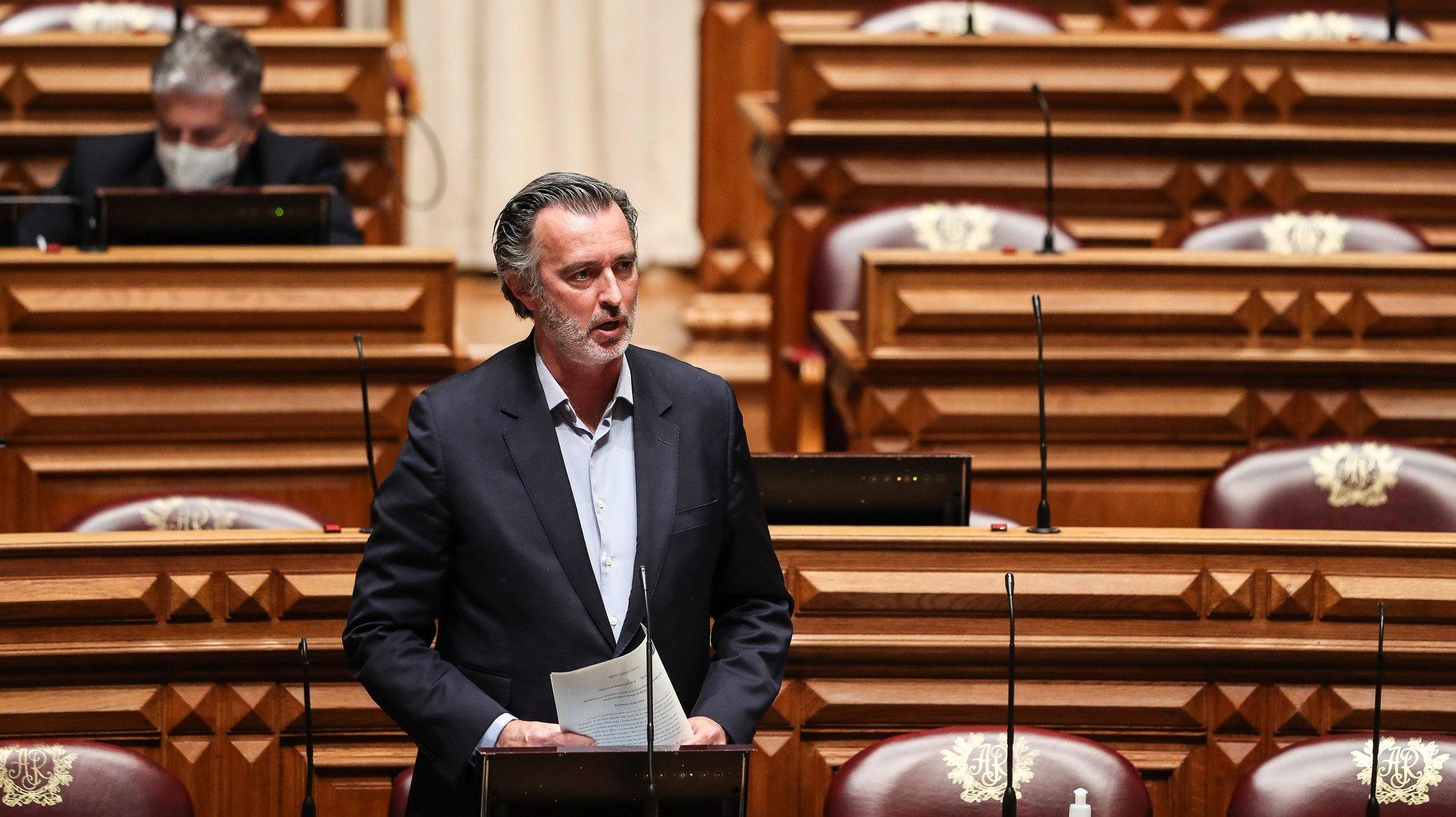 O deputado da Iniciativa Liberal, João Cotrim de Figueiredo, participa no debate parlamentar com a presença do primeiro-ministro, António Costa (ausente da foto)  sobre política geral, na Assembleia da República, em Lisboa, 17 de março de 2021. MÁRIO CRUZ/LUSA
