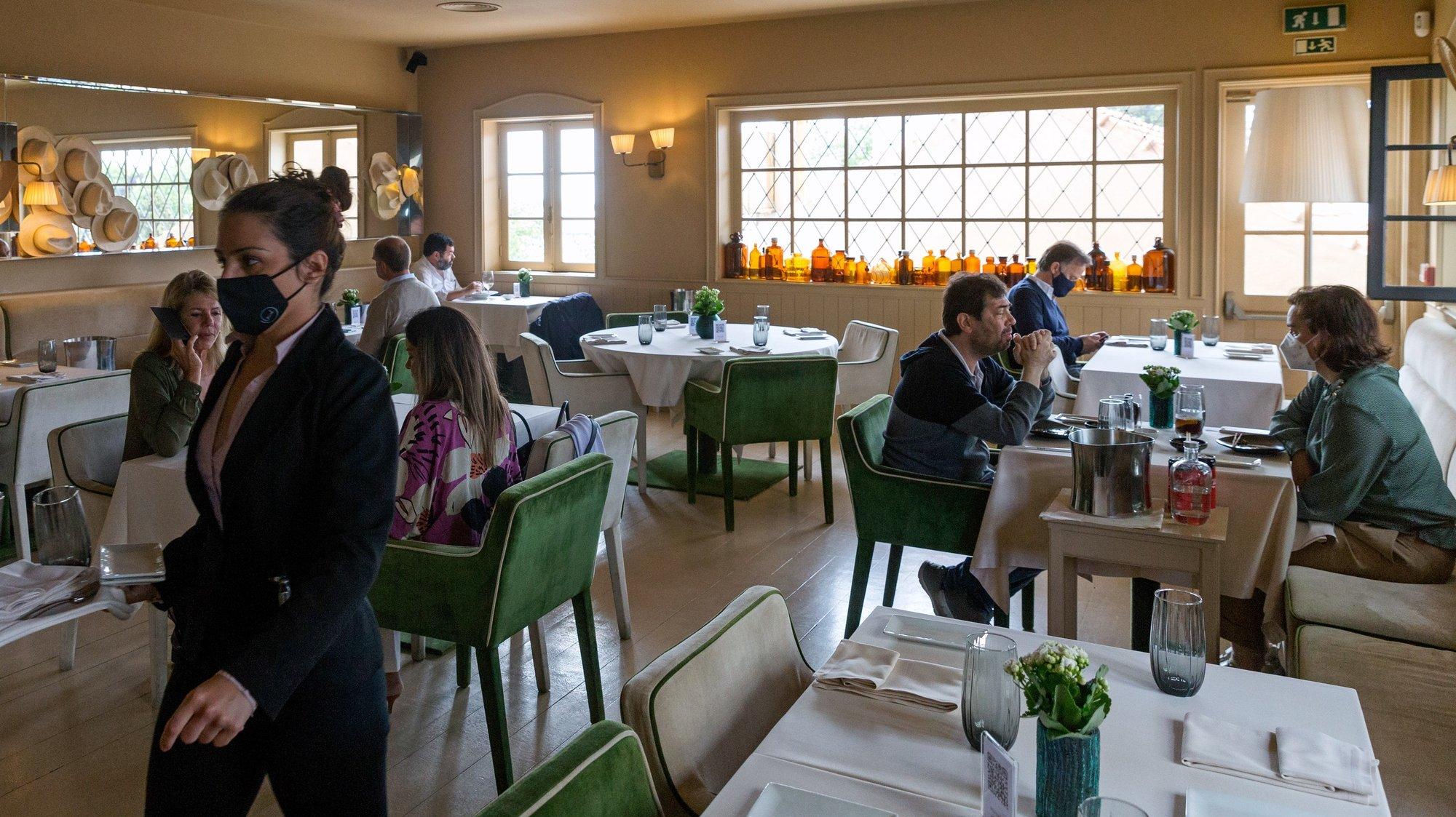 Clientes almoçam no interior do restaurante 'Wish', no dia em que entram em vigor novas medidas de desconfinamento, no Porto, 19 de abril de 2021. Passa a ser autorizada a abertura de restaurantes, cafés e pastelarias, mas com a restrição de lotação máxima a quatro pessoas ou seis pessoas em esplanadas e com horário até às 22:00 horas ou às 13:00 ao fim de semana. JOSÉ COELHO/LUSA