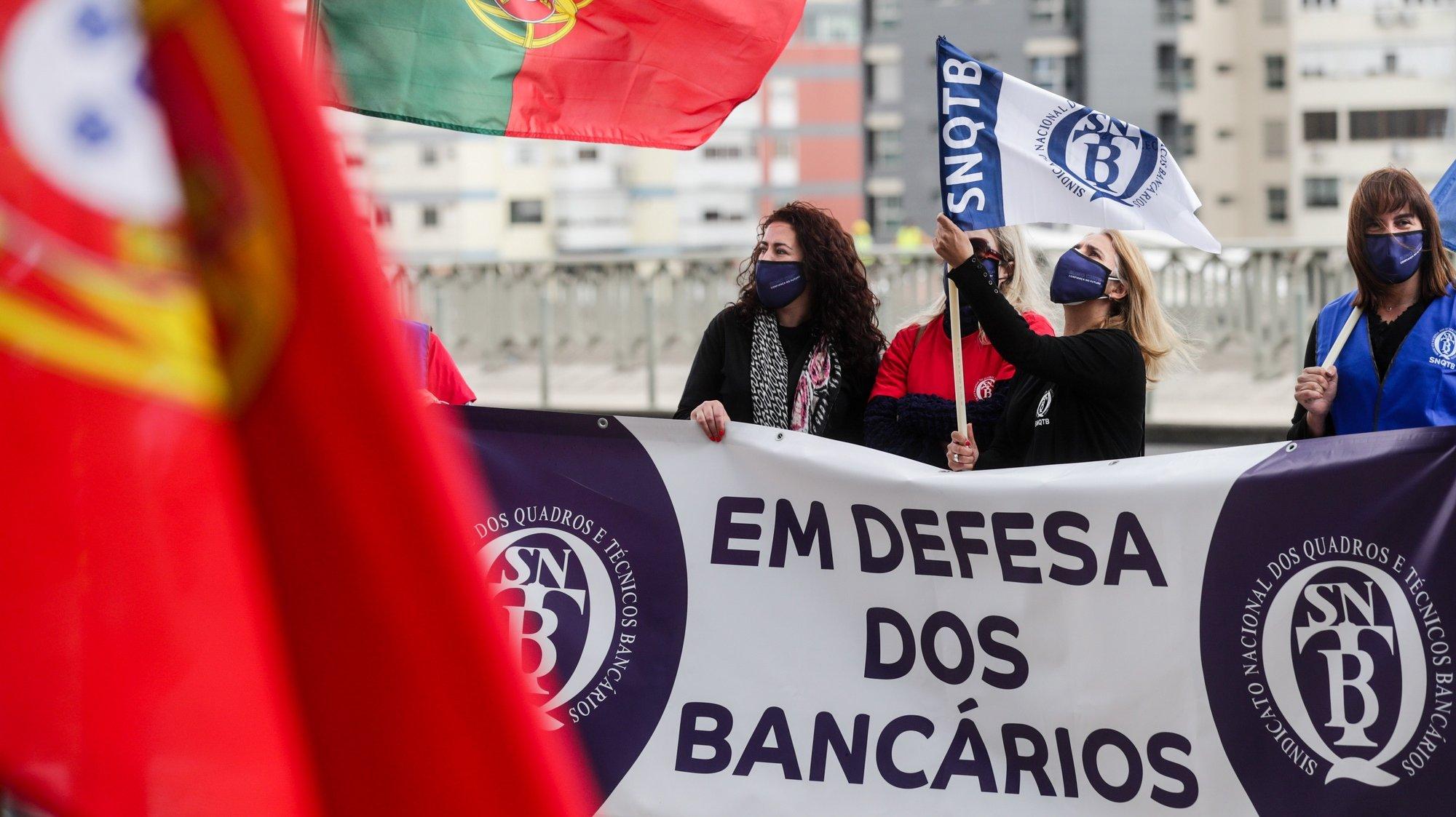 Cerca de uma centena de trabalhadores manifestaram-se contra os despedimentos no Banco Santander Totta, numa concentração convocada pelo Sindicato Nacional dos Quadros e Técnicos Bancários (SNQTB), em frente à sede da instituíção bancária em Lisboa, 11 de maio de 2021. TIAGO PETINGA/LUSA
