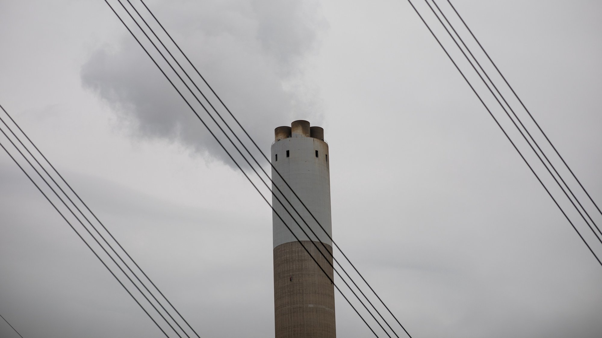 epa07225335 Smoke escapes from the chimney of the coal-fired Castle Peak Power Station in Hong Kong, China, 12 December 2018. According to an United Nations (UN) report, carbon dioxide (CO2) emissions have risen for the first time in four years. The United Nations COP24 Conference, which will take place in Poland until 14 December 2018, is struggling for a common position in the fight against climate change.  EPA/JEROME FAVRE