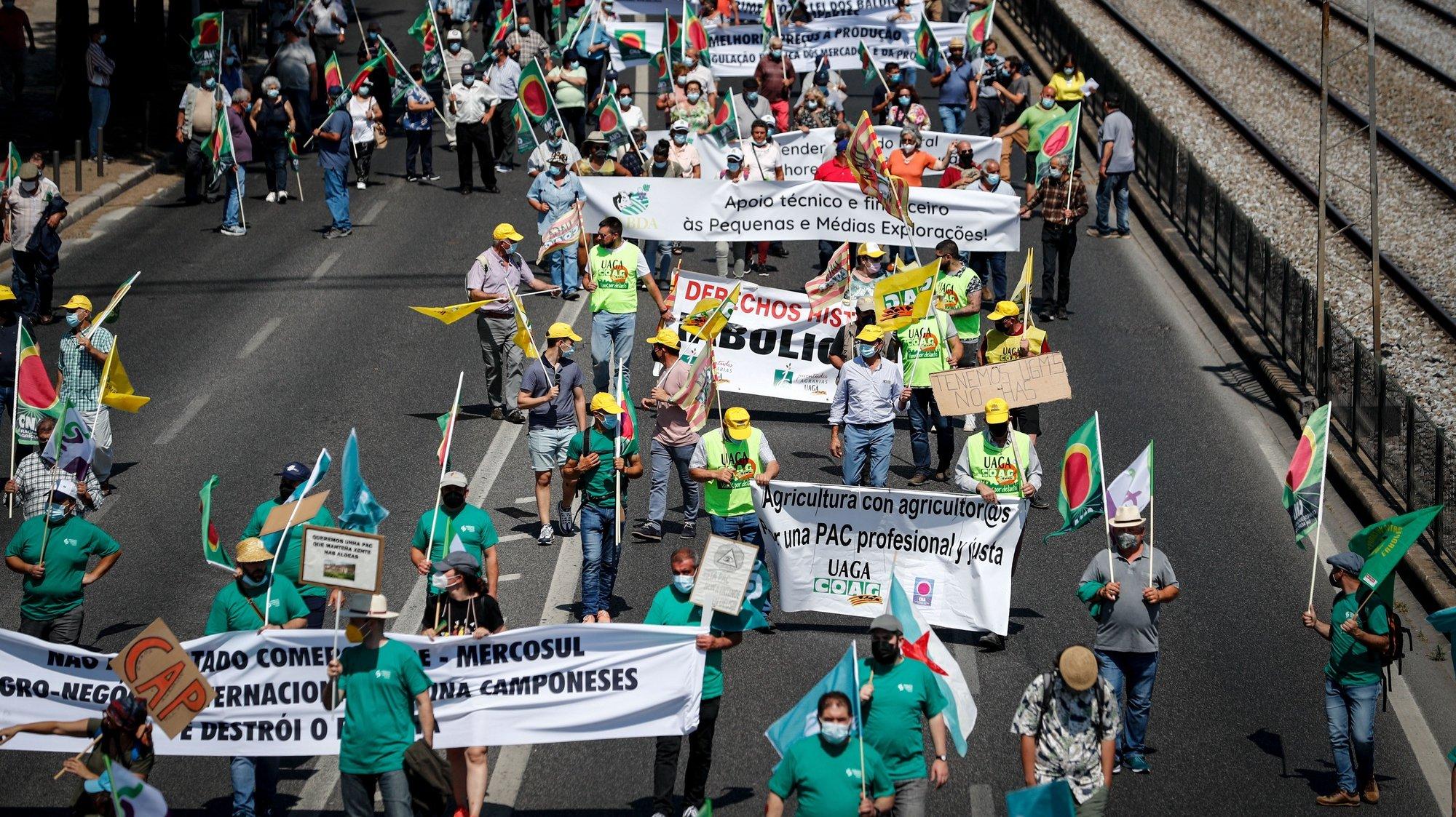 Agricultores protestam durante a manifestação convocada pela Confederação Nacional da Agricultura (CNA) em defesa de uma Política Agrícola Comum (PAC), em Lisboa, 14 de junho de 2021. O protesto conta com a presença de agricultores portugueses, espanhóis e franceses. ANTÓNIO COTRIM/LUSA