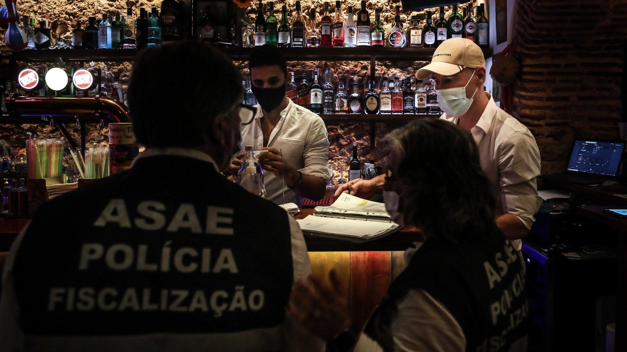 Ação de fiscalização da ASAE em parceria com a Polícia Municipal de Lisboa a estabelecimentos comerciais e restauração no âmbito das medidas de restrição da covid-19, no Bairro Alto, em Lisboa, 25 de junho de 2021. MÁRIO CRUZ/LUSA