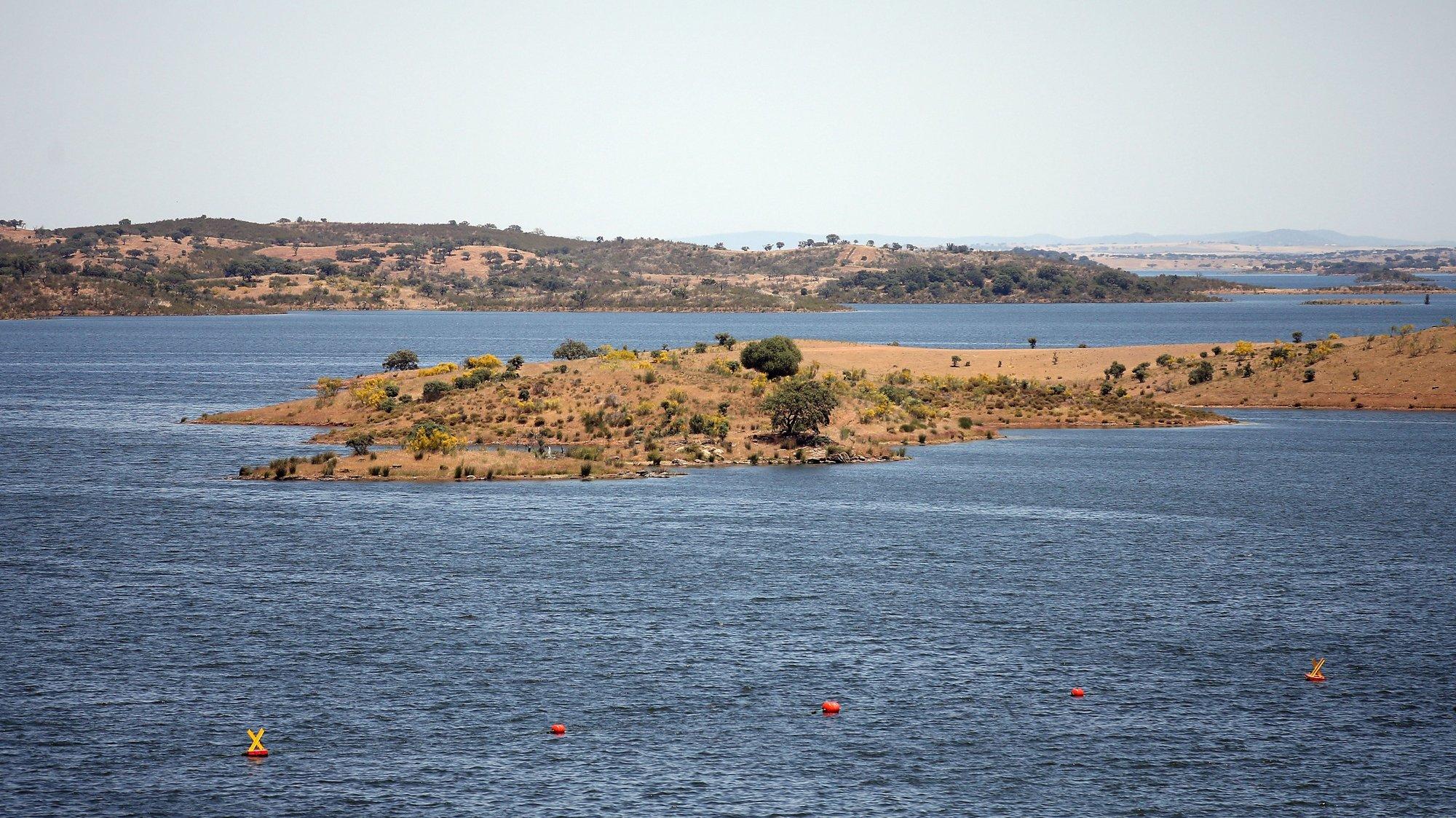 A albufeira da barragem de Alqueva, praticamente no seu limite máximo, hoje à cota de 150 metros (152 metros é a capacidade máxima), com 3701.29 hm3 (hectómetros cúbicos) de água. A albufeira do Alqueva atingiu, pela primeira vez, a capacidade máxima em 12 de janeiro de 2010, quase oito anos após ter começado a encher (a 08 de fevereiro de 2002), quando se fecharam as comportas da barragem. Portel, 21 de maio de 2021. NUNO VEIGA/LUSA