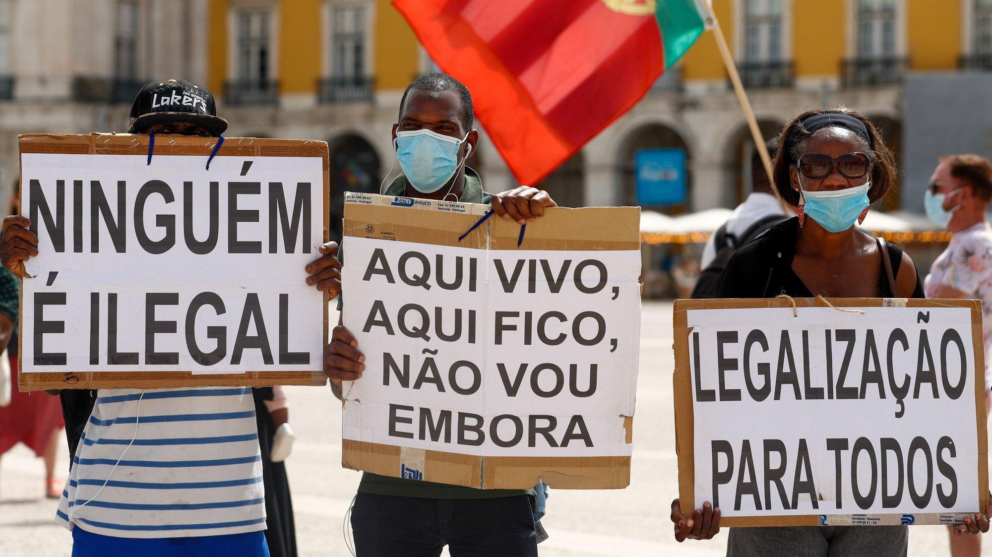 Imigrantes protestam durante a manifestação onde exigem melhores condições no acesso ao processo de legalização, em Lisboa, 11 de julho de 2021. A ação de protesto é promovida pelo Comité dos Imigrantes em Portugal para a Liberação da Residência, com o apoio da Casa do Brasil de Lisboa, da Solidariedade Imigrante e da Associação Olho Vivo. ANTÓNIO COTRIM/LUSA