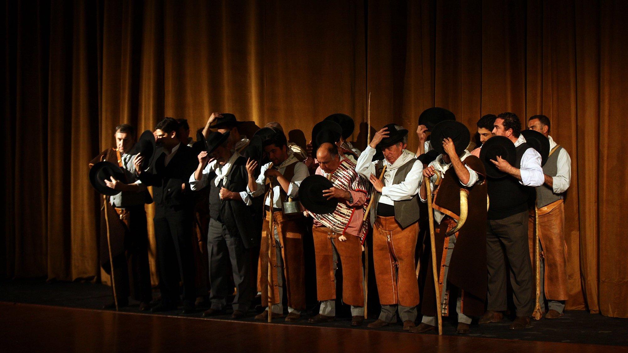 Elementos de um grupo de cante alentejano de Serpa cantam durante uma homenagem a Nicolau Breyner, ator e realizador português recentemente falecido, que era natural de Serpa, 22 de abril de 2016. NUNO VEIGA/LUSA