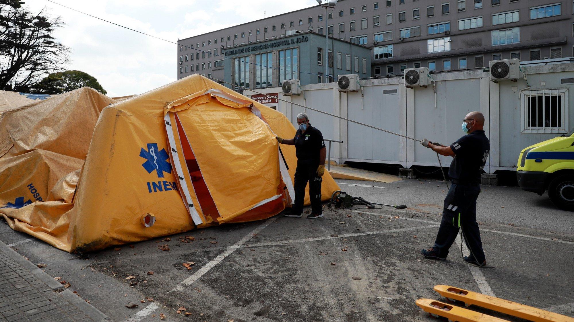 O hospital de campanha do Instituto Nacional de Emergência Médica (INEM) é desmontado um ano e meio após os primeiros infetados com covid-19 terem dado entrada no Centro Hospitalar Universitário de São João (CHUSJ) no Porto, 30 de agosto 2021. ESTELA SILVA/LUSA