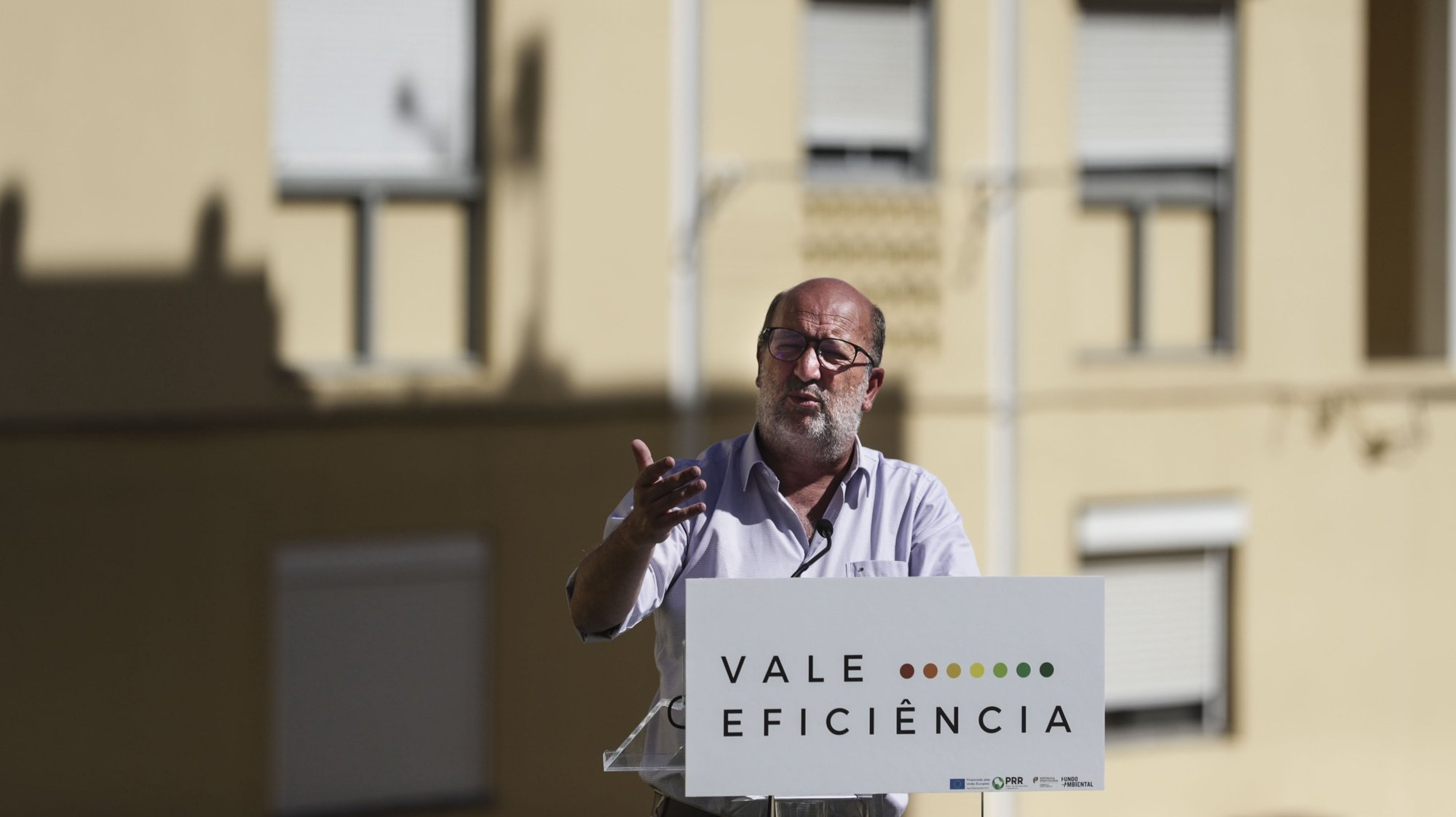 """O ministro do Ambiente e da Ação Climática, João Pedro Matos Fernandes, presidiu à sessão de apresentação do programa """"Vales de Eficiência Energética"""". O programa, integrado no Plano de Recuperação e Resiliência, enquadra-se num conjunto de medidas que visam combater a pobreza energética com apoio a famílias economicamente vulneráveis até 2025, no Bairro Fonsecas e Calçada em Lisboa, 31 de agosto de 2021. TIAGO PETINGA/LUSA"""