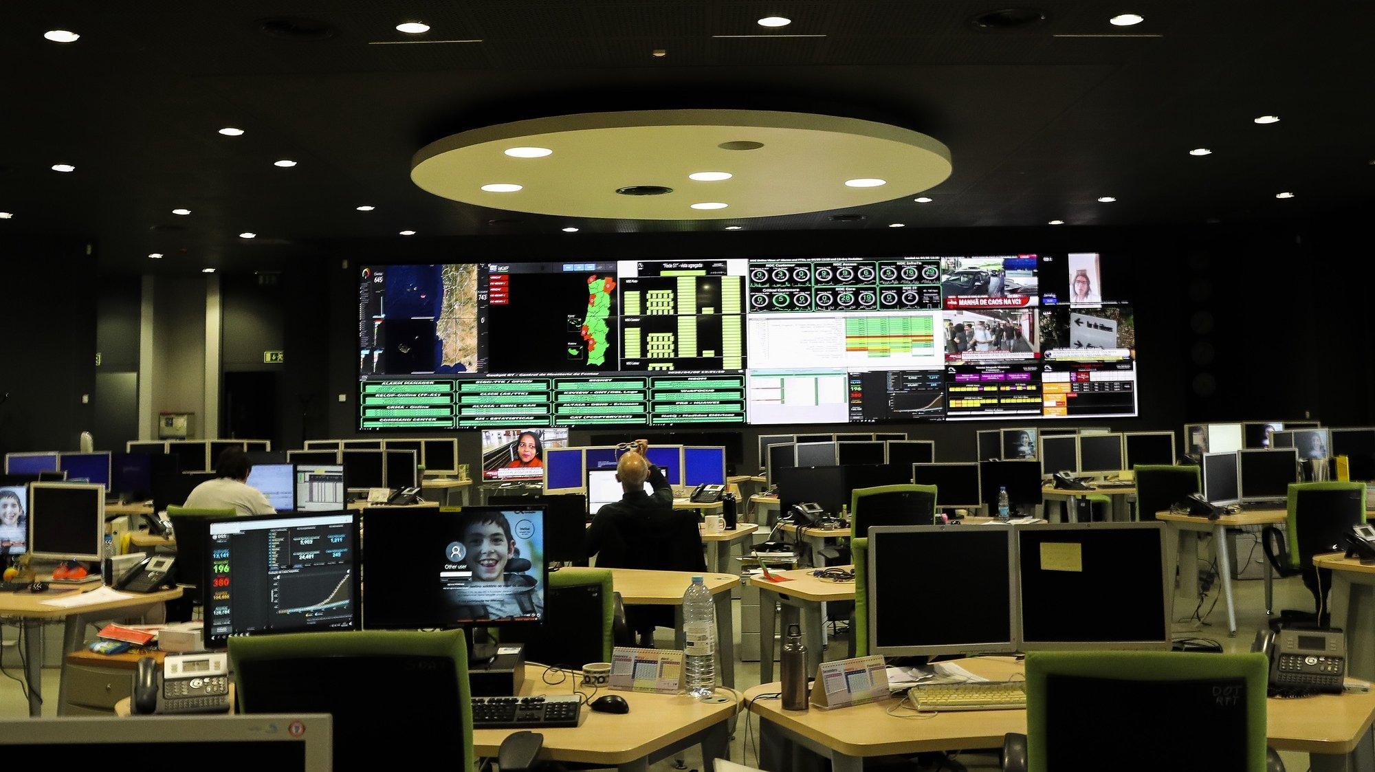 Sala do Global Operation Center da Altice em Picoas, Lisboa, 9 de abril de 2020. A Altice tem mais dois polos, na Covilhã e em Linda-a-Velha, mas o de Lisboa é o centro principal onde fazem a operação, manutenção e a gestão da rede nacional de telecomunicações da Altice Portugal. (ACOMPANHA TEXTO DO DIA 11 DE ABRIL DE 2020). JOÃO RELVAS/LUSA