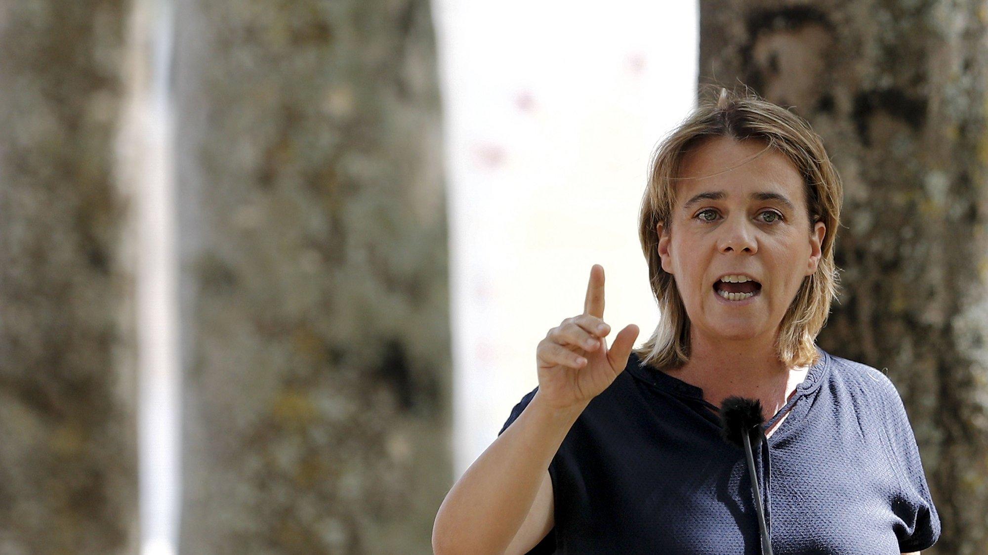 """A coordenadora Nacional do Bloco de Esquerda (BE), Catarina Martins, discursa durante o encontro """"Municípios livres de violência de género"""", no âmbito da campanha para as eleições autárquicas, que decorreu em Santarém, 05 de setembro de 2021. ANTÓNIO COTRIM/LUSA"""