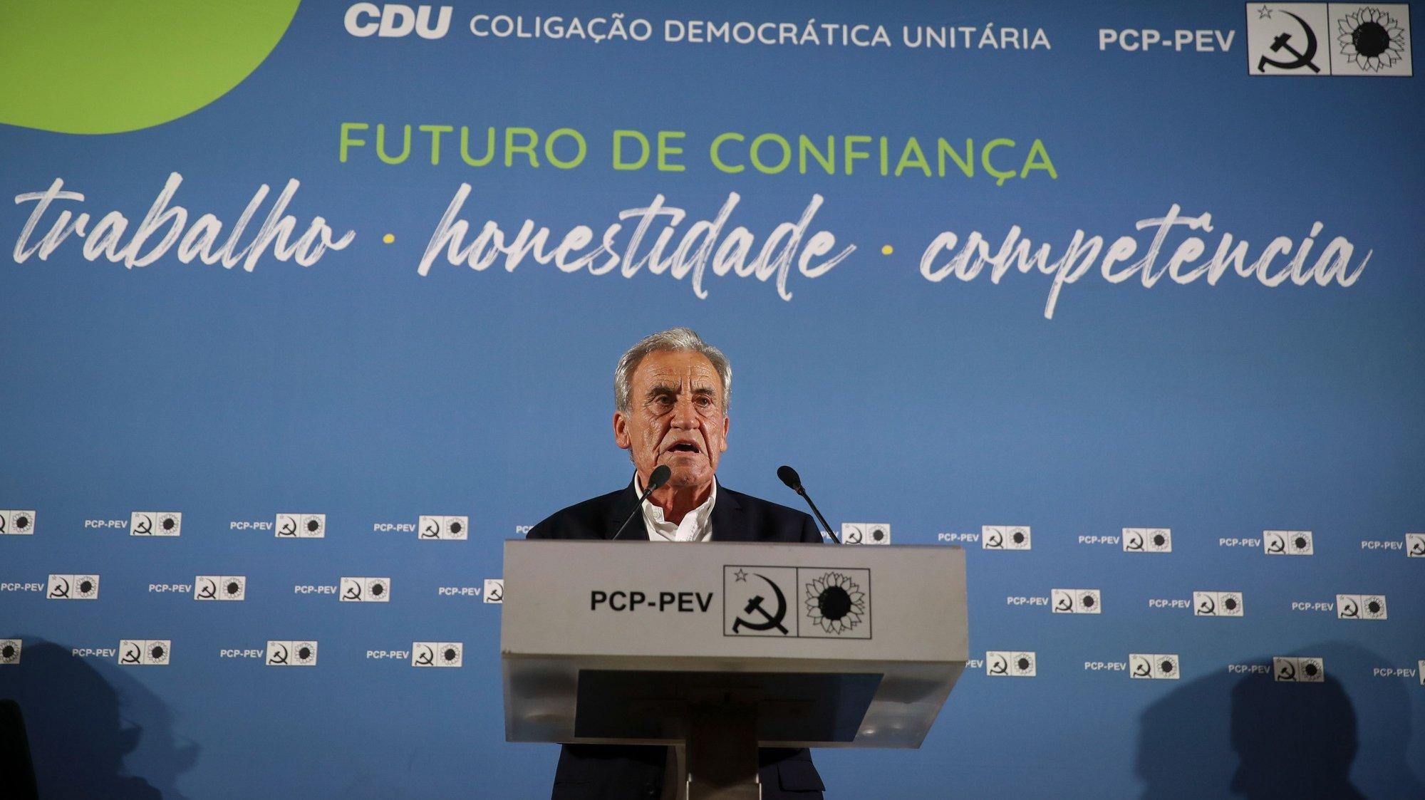 O secretário-geral do Partido Comunista Português, Jerónimo de Sousa,  duscursa durante o comício da Coligação Democrática Unitária (CDU) , no Salão de festas da Associação Humanitária de Bombeiros Voluntários da Amadora, 13 setembro 2021.   MANUEL DE ALMEIDA/LUSA