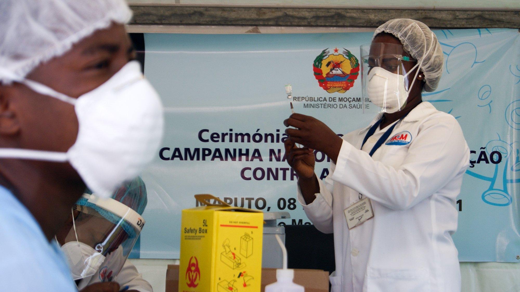 Início da vacinação contra a covid-19, em Maputo, Moçambique, 08 de março de 2021. O plano de vacinação lançado hoje está estimado em quase dois mil milhões de meticais (23 milhões de euros) e vai dar prioridade aos profissionais que estão na linha da frente do combate à epidemia. LUÍSA NHANTUMBO/LUSA
