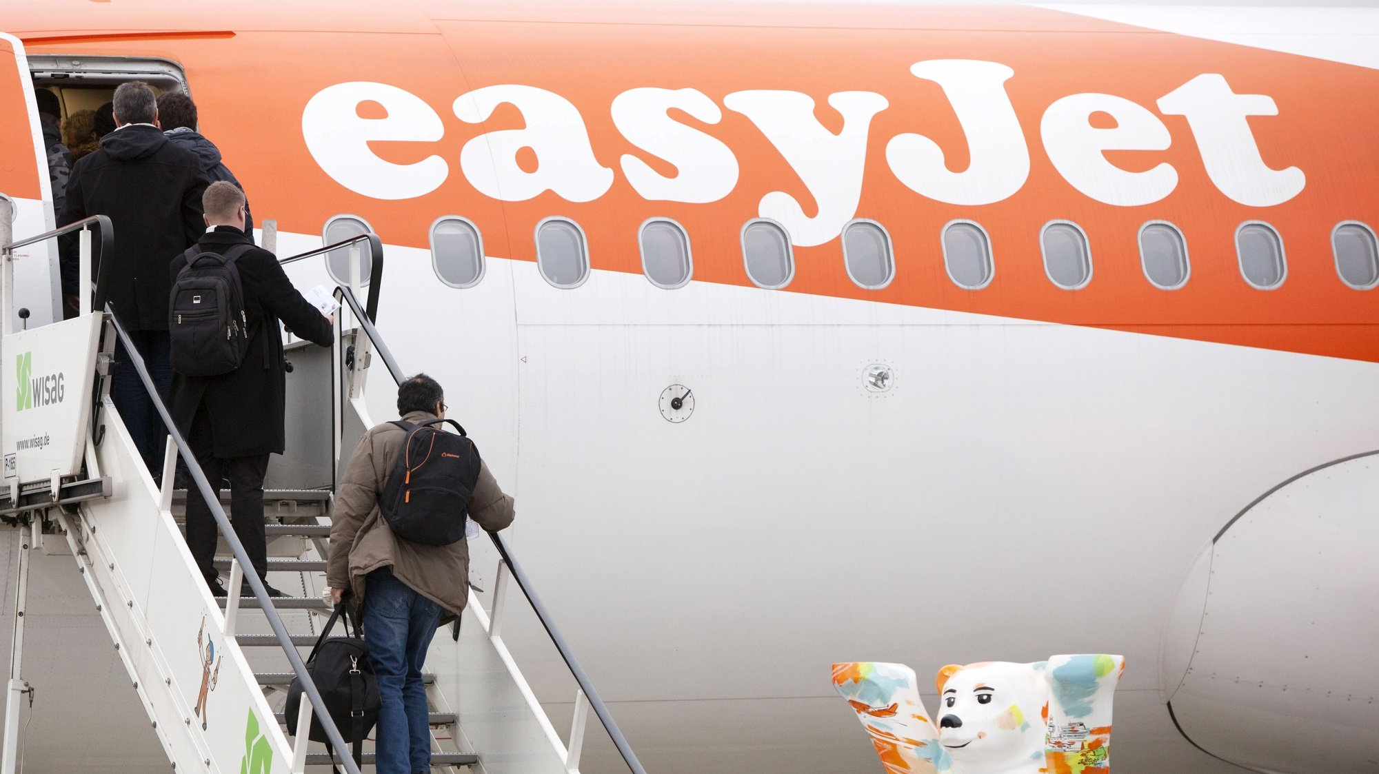 epa08825331 (FILE) - Passengers board the EasyJet Airbus A320 flight EZY5569 at Tegel international airport in Berlin, Germany, 05 January 2018 (reissued 17 November 2020). Easyjet will release their Financial Year 2020 results on 17 November 2020.  EPA/OMER MESSINGER *** Local Caption *** 55345062
