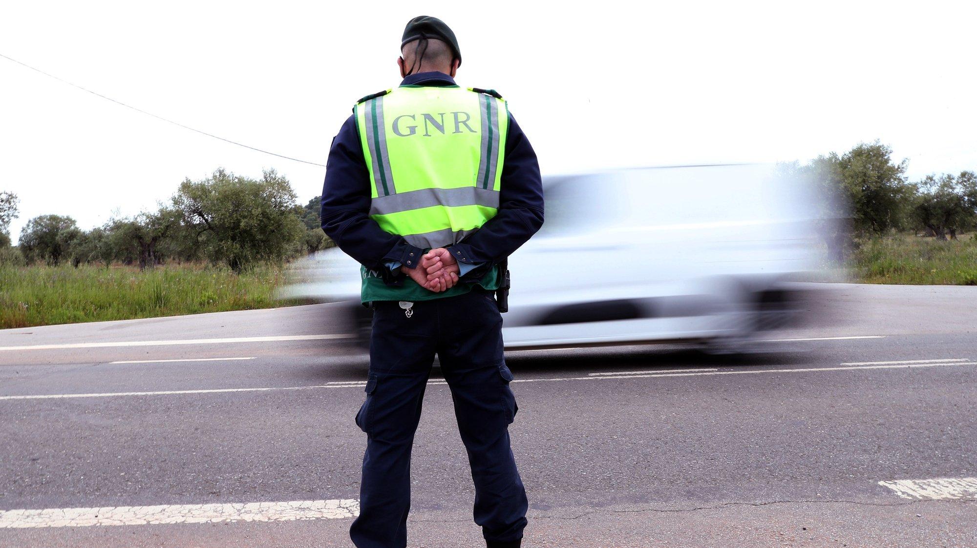 Um agente da Guarda Nacional Republicana durante uma ação de fiscalização rodoviária no âmbito da proibição de circular entre concelhos em Moura, devido ao número de casos ativos de covid-19. Moura, 21 de abril de 2021. NUNO VEIGA/LUSA