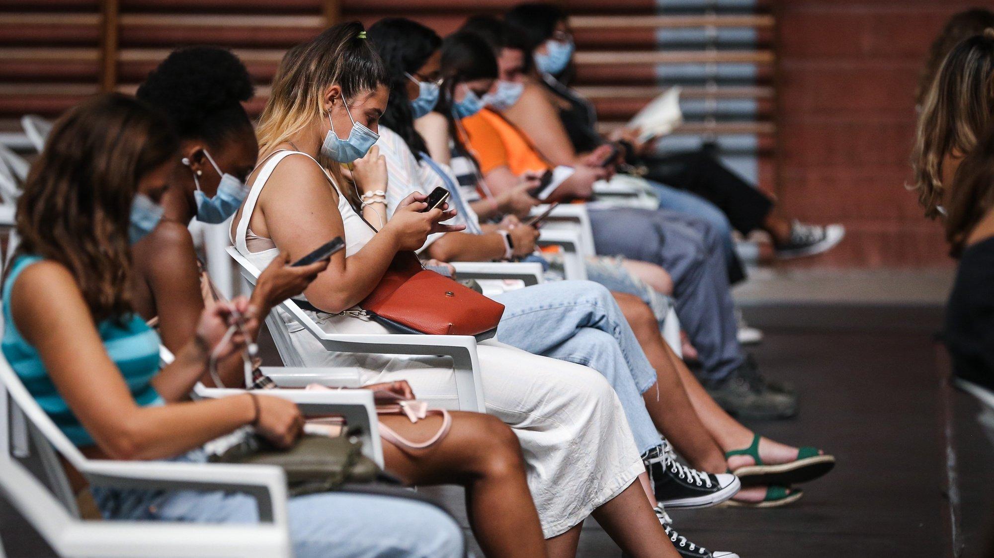 Adolescentes no Centro de Vacinação de Loures durante o fim de semana de vacinação de jovens de 16 e 17 anos, no Pavilhão António Feliciano Bastos, em Loures , 14 de agosto de 2021.  RODRIGO ANTUNES/LUSA