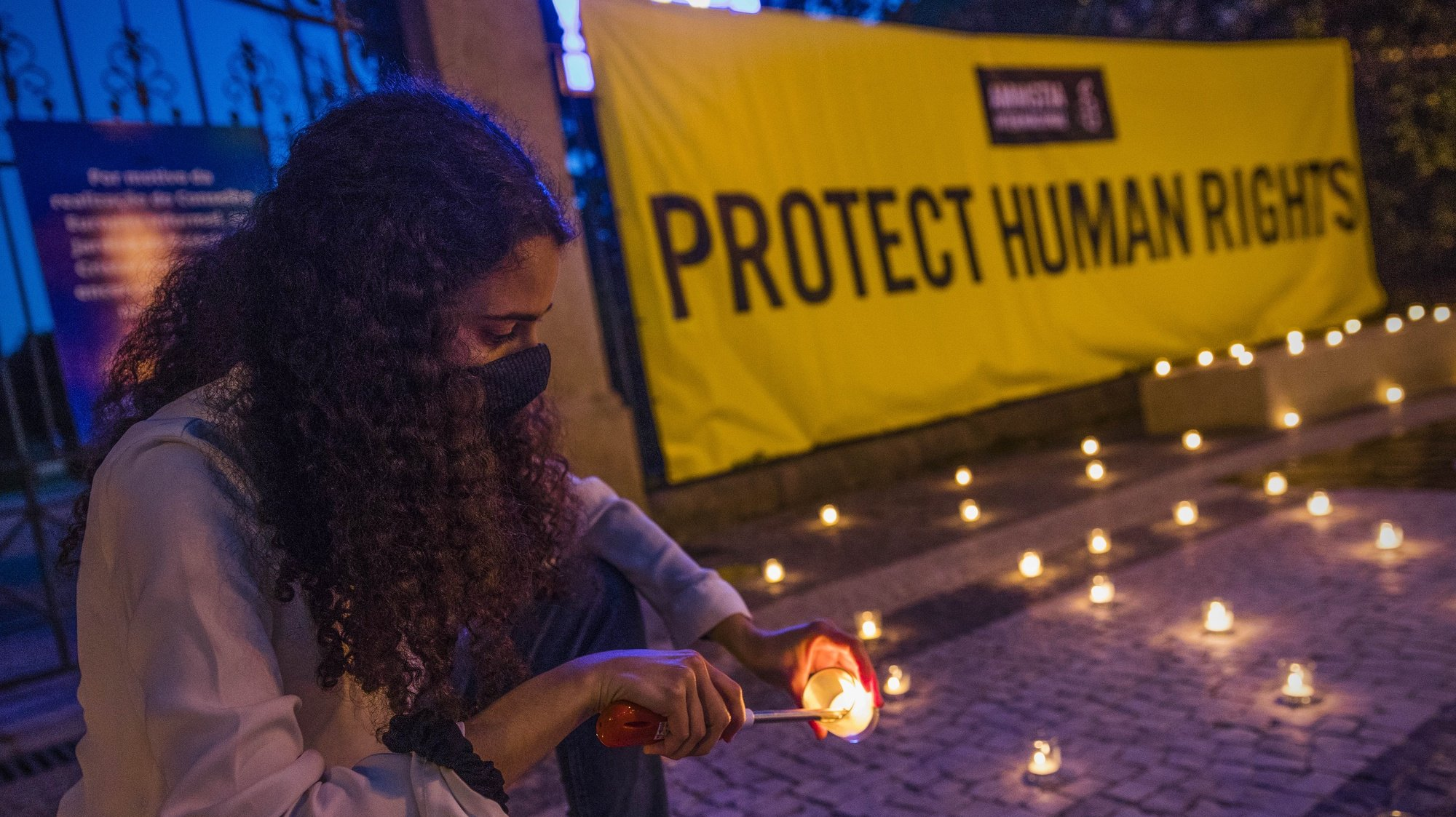 """Vigília pela proteção dos direitos humanos na Índia, Porto, 6 de maio de 2021. A Amnistia Internacional promove uma vigília para """"pressionar o governo indiano a terminar com a repressão às pessoas que defendem os direitos humanos, bem como a todos os dissidentes de opinião naquele país."""". JOSÉ COELHO/LUSA"""