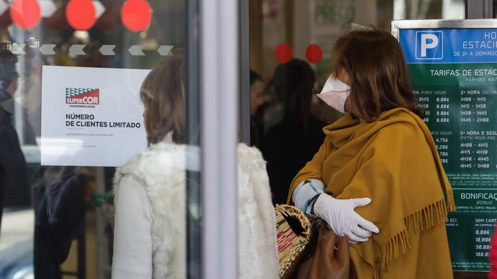 Clientes aguarda para entrar num supermercado devido à limitação de pessoas no interior dos estabelecimentos devido à pandemia do Covid-19, em Coimbra, 17 de março de 2020. O boletim diário da Direção-Geral da Saúde (DGS), há 331 pessoas infetadas até hoje, sendo que, dos casos confirmados, 192 estão a recuperar em casa e 139 estão internados, 18 dos quais em Unidades de Cuidados Intensivos e um morto. PAULO NOVAIS/LUSA
