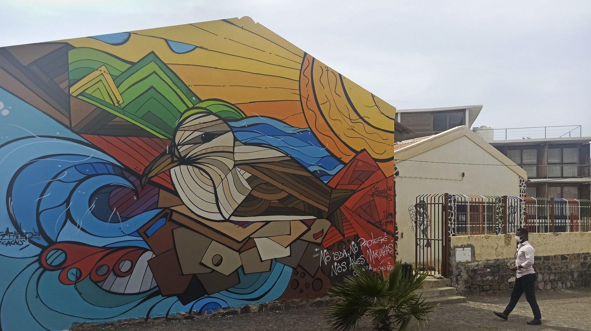A associação ambientalista Biosfera Cabo Verde começou a pintar murais nas escolas da ilha de São Vicente para sensibilizar as crianças e as comunidades para a proteção das espécies marinhas, recriadas nestas verdadeiras obras de arte. Mindelo 11 de setembro de 2021. (ACOMPANHA TEXTO DO DIA 13 SETEMBRO 2021) SIDNEIA NEWTON / LUSA