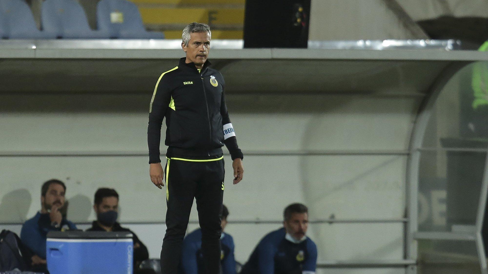 O treinador do Arouca, Armando Evangelista, reage durante o jogo da 6ª jornada da Primeira Liga de futebol contra o Vitória de Guimarães disputado no Estádio Municipal de Arouca, 18 de setembro de 2021. MANUEL FERNANDO ARAUJO/LUSA