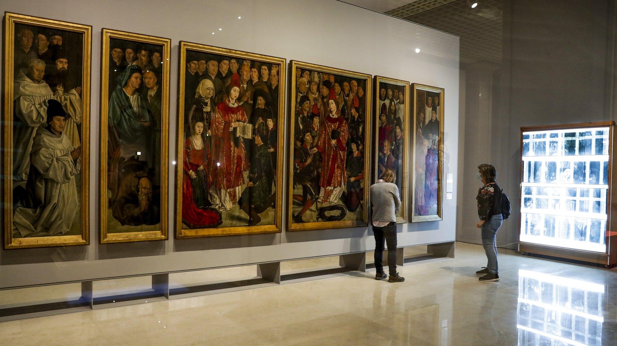 """Técnicos de restauro observam o espaço de restauro dos """"Painéis de São Vicente"""" no Museu Nacional de Arte Antiga, no Dia Internacional dos Museus em Lisboa, 18 de maio de 2020. TIAGO PETINGA/LUSA"""