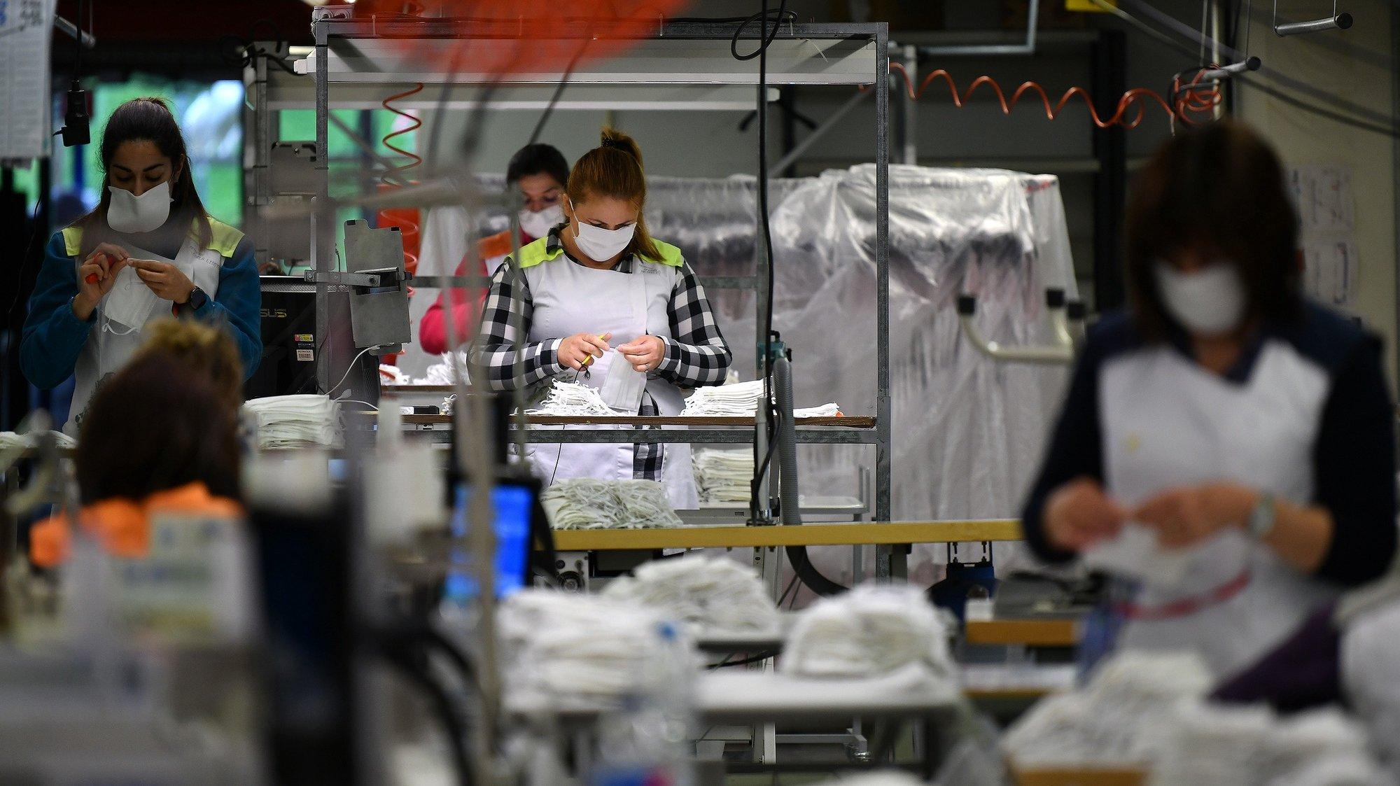 Funcionárias da fábrica de confeções Petratex, em Carvalhosa, Paços de Ferreira, 27 de abril de 2020. Líder na indústria têxtil, especialmente em vestuário de moda e desporto, redirecionou grande parte da sua atividade à produção de máscaras e equipamentos de proteção individual, com uma produção atual média de cerca de 100 mil máscaras/dia, que será duplicada nos próximos dias com a produção de máscaras reutilizáveis. HUGO DELGADO/LUSA