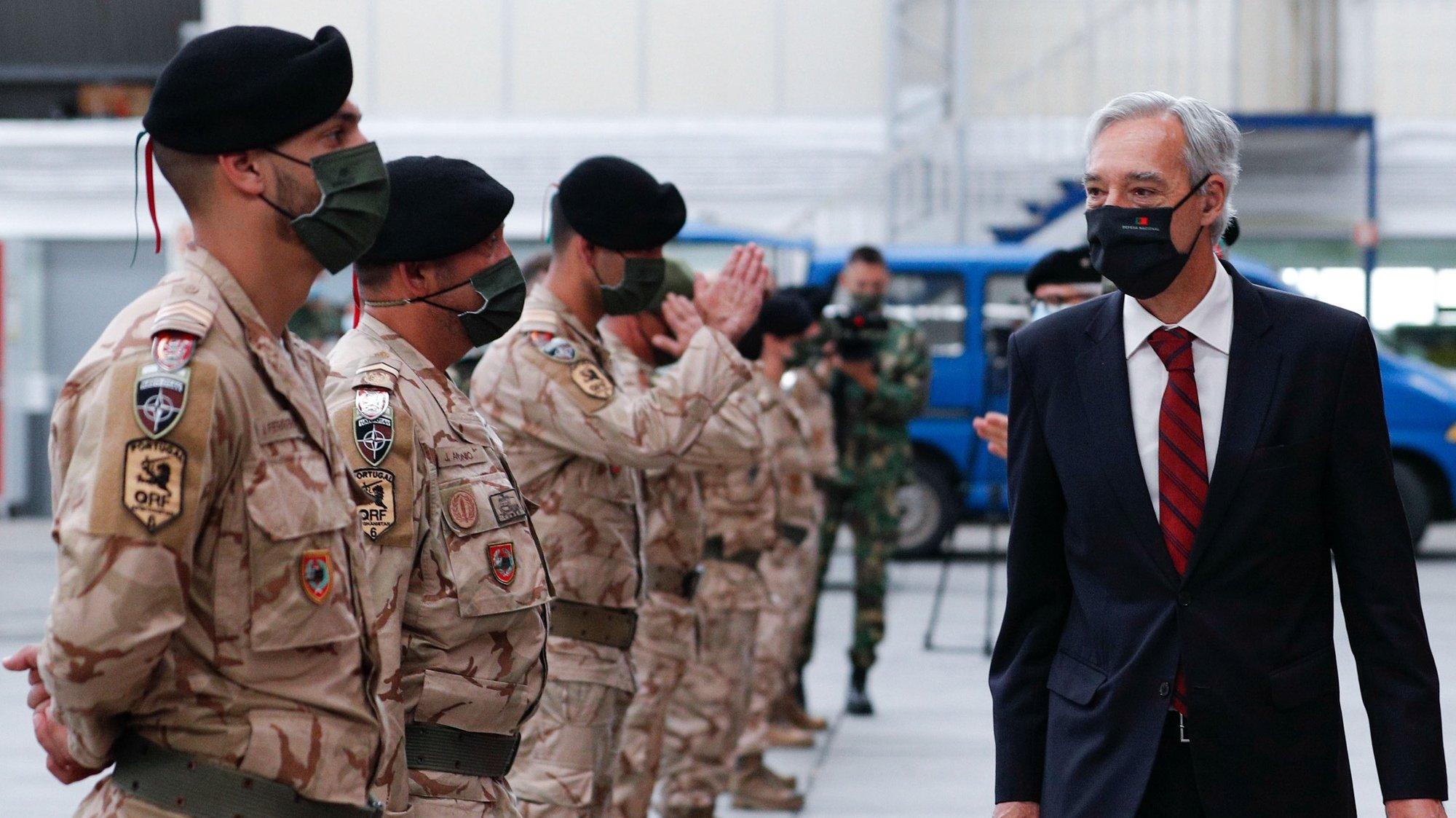 """O ministro da Defesa Nacional, João Cravinho Gomes, durante a cerimónia de receção 6.ª Força Nacional Destacada (FND) em missão da NATO no Afeganistão """"Resolute Support Mission"""", que aterraram esta manhã na Base Aérea de Figo Maduro, em Lisboa, 24 de maio de 2021. ANTÓNIO COTRIM/LUSA"""