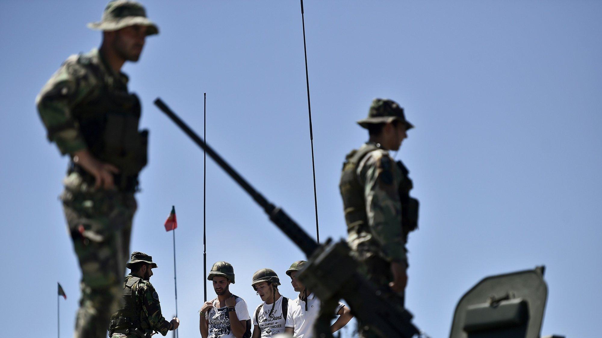Um grupo de jovens dentro de uma viatura Pandur da Companhia de Atiradores durante as atividades do Dia da Defesa Nacional no Regimento de Infantaria 14, em Viseu, 25 de Junho de 2016. NUNO ANDRÉ FERREIRA/LUSA.