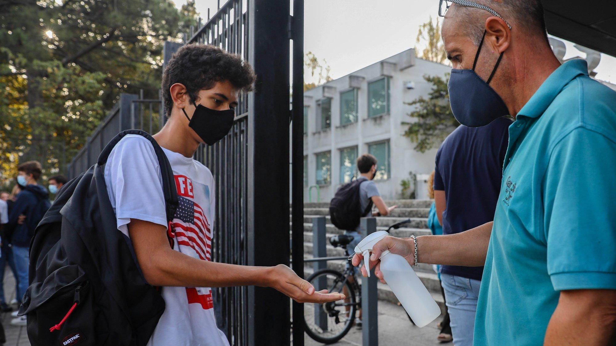 Um aluno higieniza as mãos à entrada da Escola Secundária Garcia da Orta no primeiro dia de aulas em plena pandemia de Covid-19, no Porto, 17 de setembro de 2020. JOSÉ COELHO/LUSA