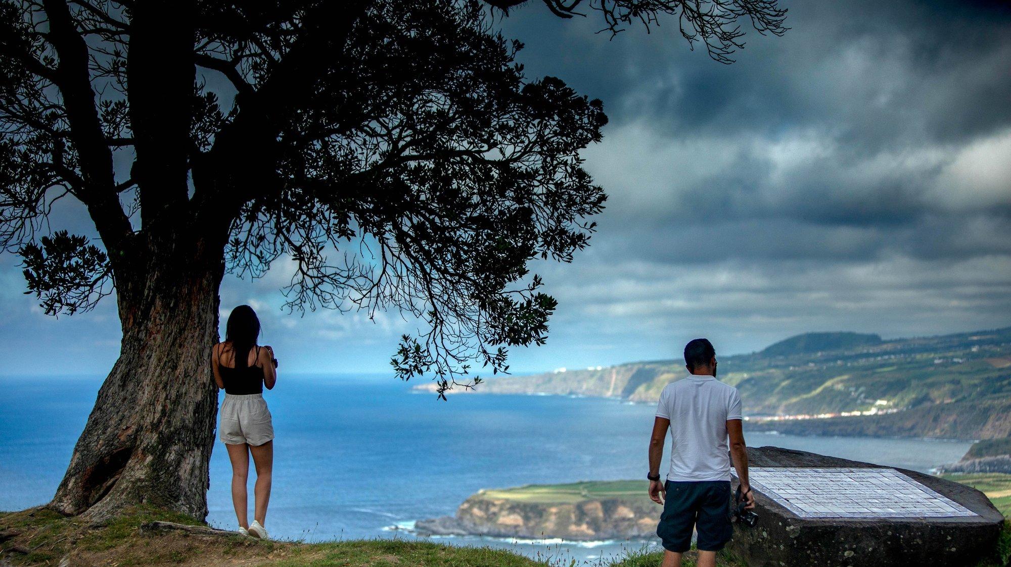 Turistas visitam Santa Iria, Ilha de São Miguel, Açores, 15 de junho de 2021. A Região Autónoma dos Açores promove a região como destino de férias seguras com a oferta de testes gratuitos à covid-19. Mais de um ano desde a pandemia da Covid 19, o setor do turismo já nota uma retoma mas que não se assemelha aos anos pré-pandemia. (ACOMPANHA TEXTO DE 17/06/2021) EDUARDO COSTA/LUSA