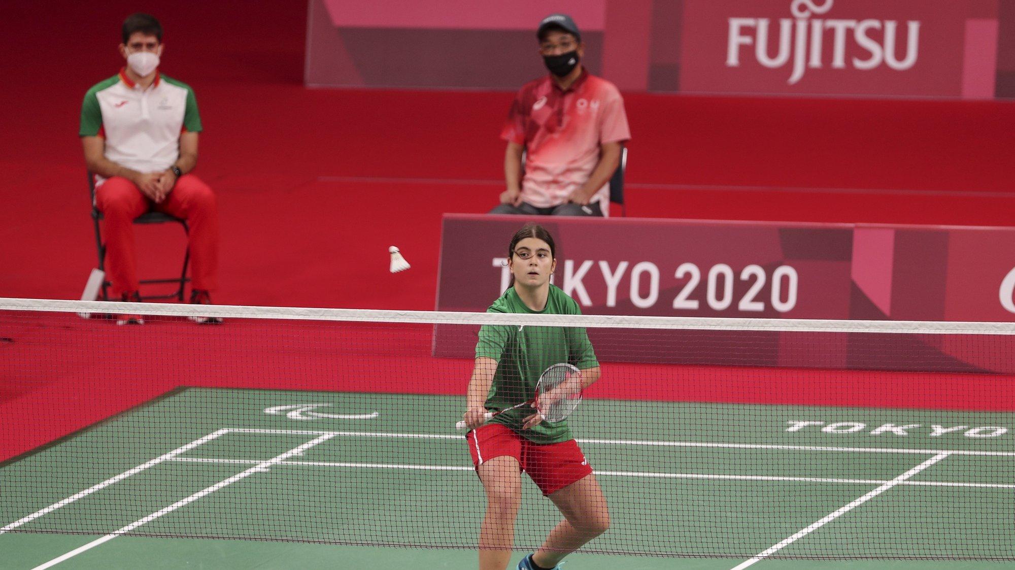 A atleta portuguesa, Beatriz Monteiro em ação frente à Holandesa, Megan Hollander (ausente da foto) no jogo de badminton singulares femininos SU5, esta tarde no Estádio Nacional de Yoyogi em Tóquio nos jogos Paralímpicos de Toquio 2020, Japão, 1 de setembro de 2021. MIGUEL A. LOPES/LUSA