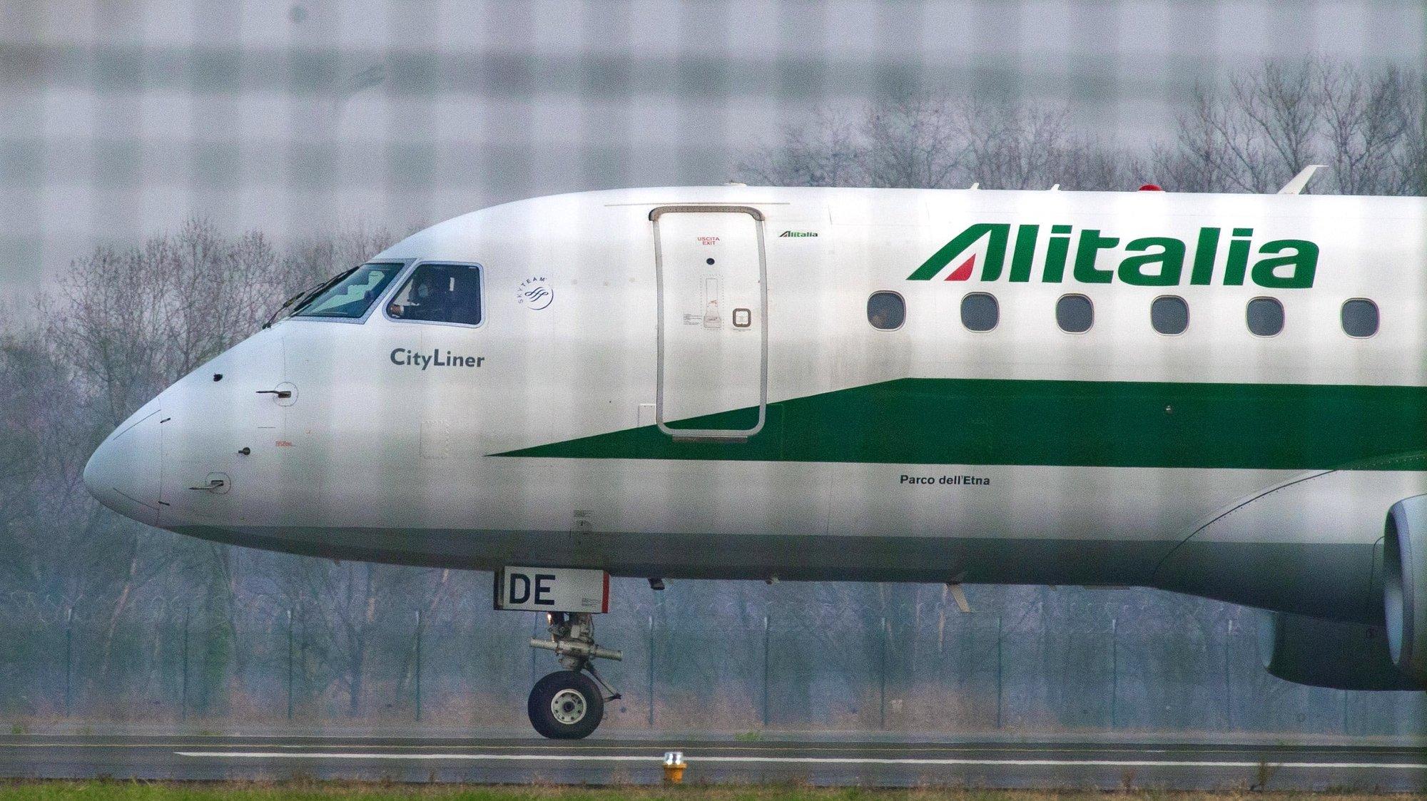 epa08892631 An  Embraer ERJ-175 aircraft of Italian carrrier Alitalia (EI-RDE) taxies at Milan Linate airport, Italy, 18 December 2020.  EPA/Andrea Fasani