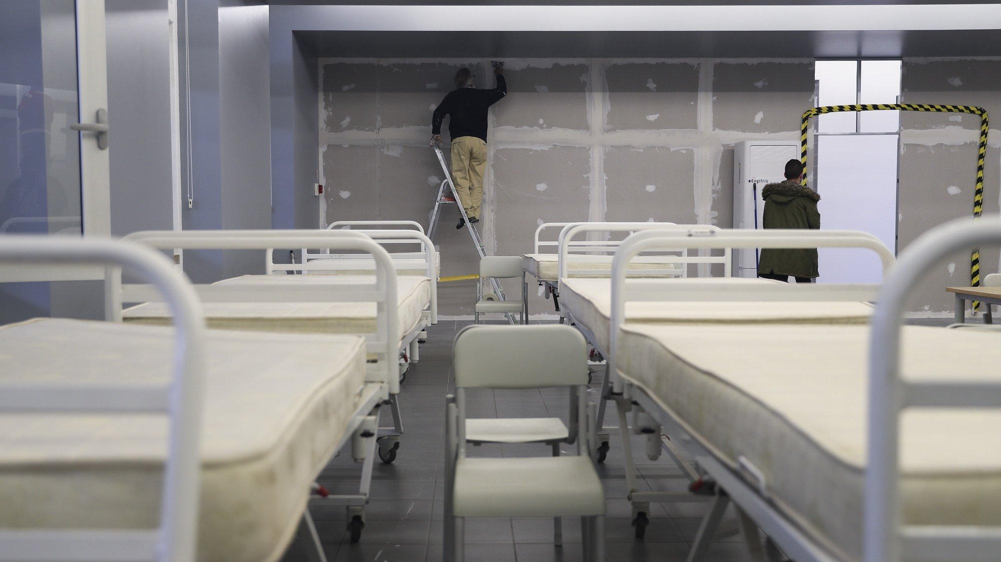 O refeitório é maior espaço a ser reconvertido onde antes se ouviam tachos e talheres, agora ouve-se o arrastar de camas, o martelar das máquinas, o raspar do cimento nas paredes e o erguer de divisórias, entre pessoal militar e civil, que tenta tornar este espaço o mais acolhedor possível para futuros doentes, Lisboa, 27 de janeiro de 2021. Gabinetes, salas de espera e até o refeitório do Hospital das Forças Armadas, em Lisboa, estão a ser transformados em enfermarias para doentes covid-19, no combate a uma vaga da pandemia que atinge o país em força. ( ACOMPANHA TEXTO DO DIA 28 DE JANEIRO DE 2021). JOÃO RELVAS/LUSA
