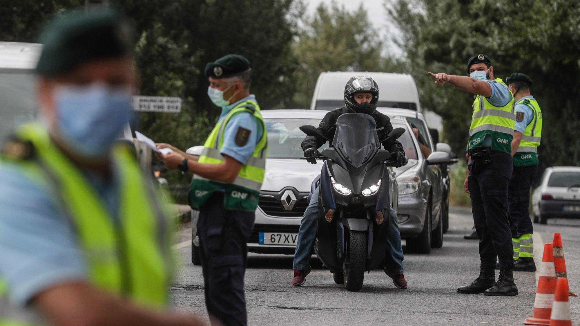 Militares da Guarda Nacional Republicana (GNR) procedem a uma ação de fiscalização de trânsito no limite da área metropolitana de Lisboa, na entrada do Carregado, 19 de junho de 20021.   TIAGO PETINGA/LUSA