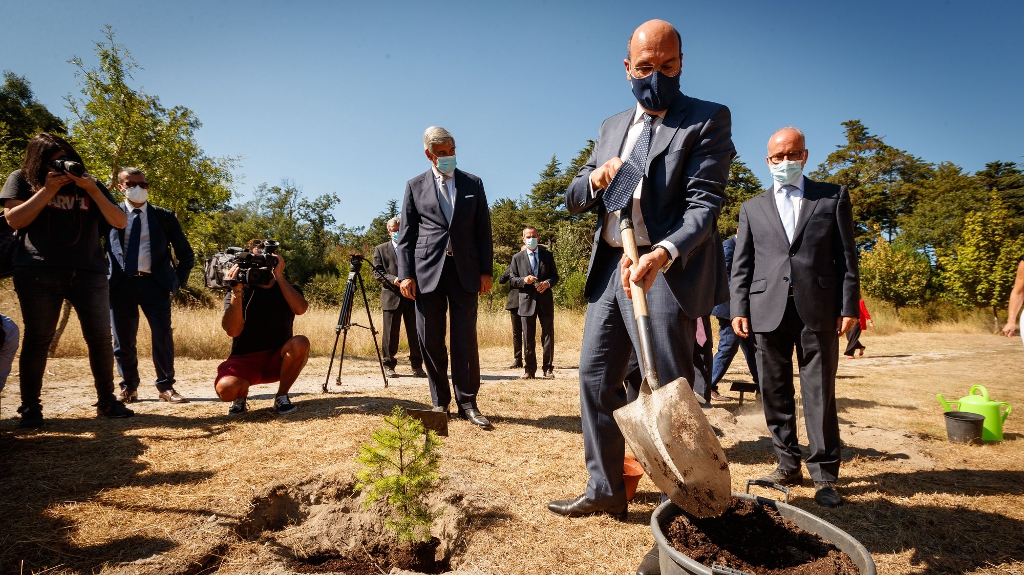 O ministro de Estado, da Economia e da Transição Digital, Pedro Siza Vieira (2-D), planta uma árvore no Parque de Pedras Salgadas, após a visita ao Centro de Produção de Pedras Salgadas, em Vila Pouca de Aguiar, 28 de julho de 2021. PEDRO SARMENTO COSTA/LUSA