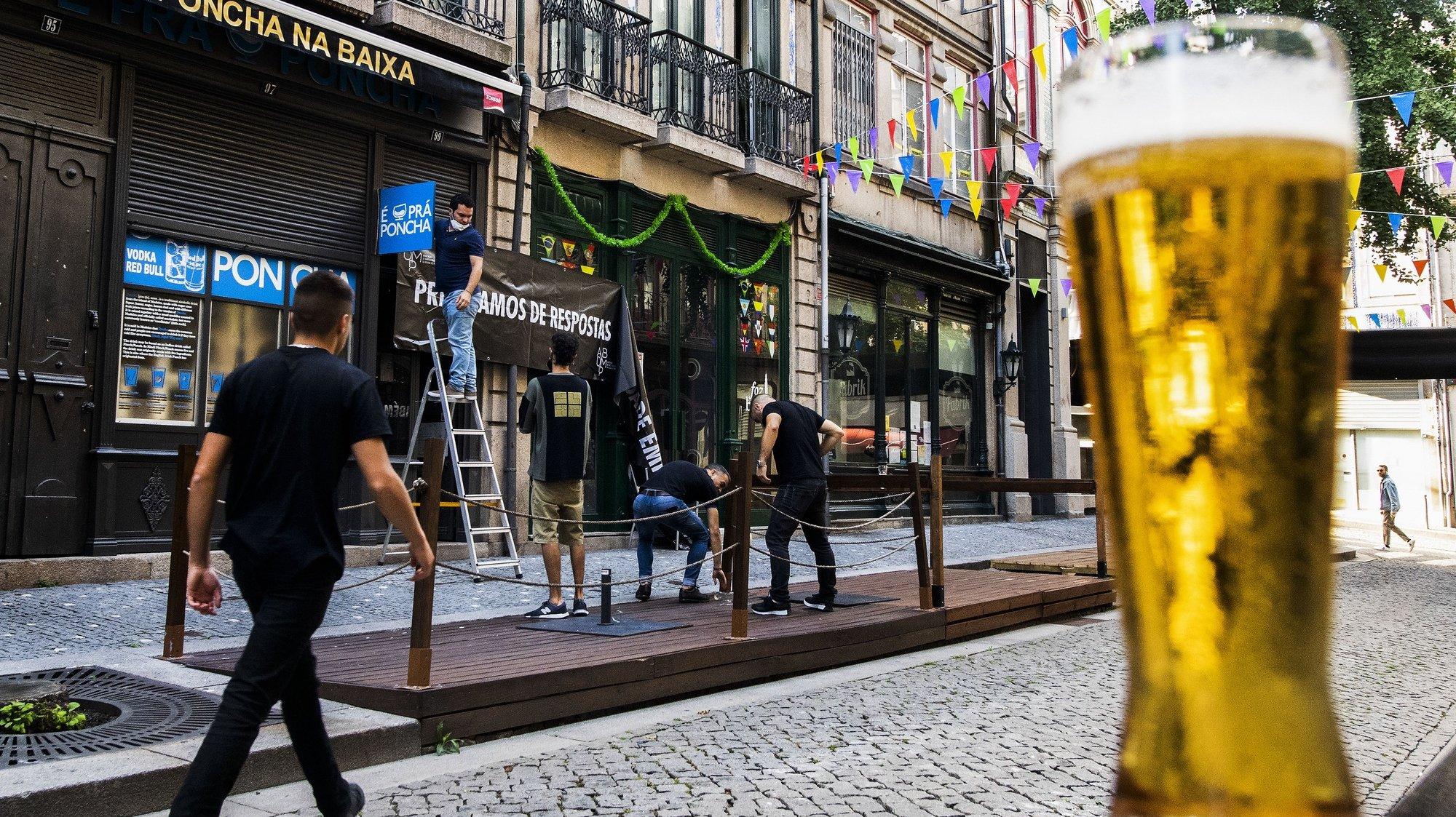 Ação de rua do setor de diversão noturna do Porto, promovida pela Associação de Bares e Discotecas da Movida do Porto (ABDM ), tem como objetivo demonstrar a total ausência de resposta às diversas solicitações feitas diretamente ao Governo para que as propostas para reabertura do setor de diversão noturna sejam ouvidas, Porto, 23 de julho de 2021. RUI FARINHA/LUSA