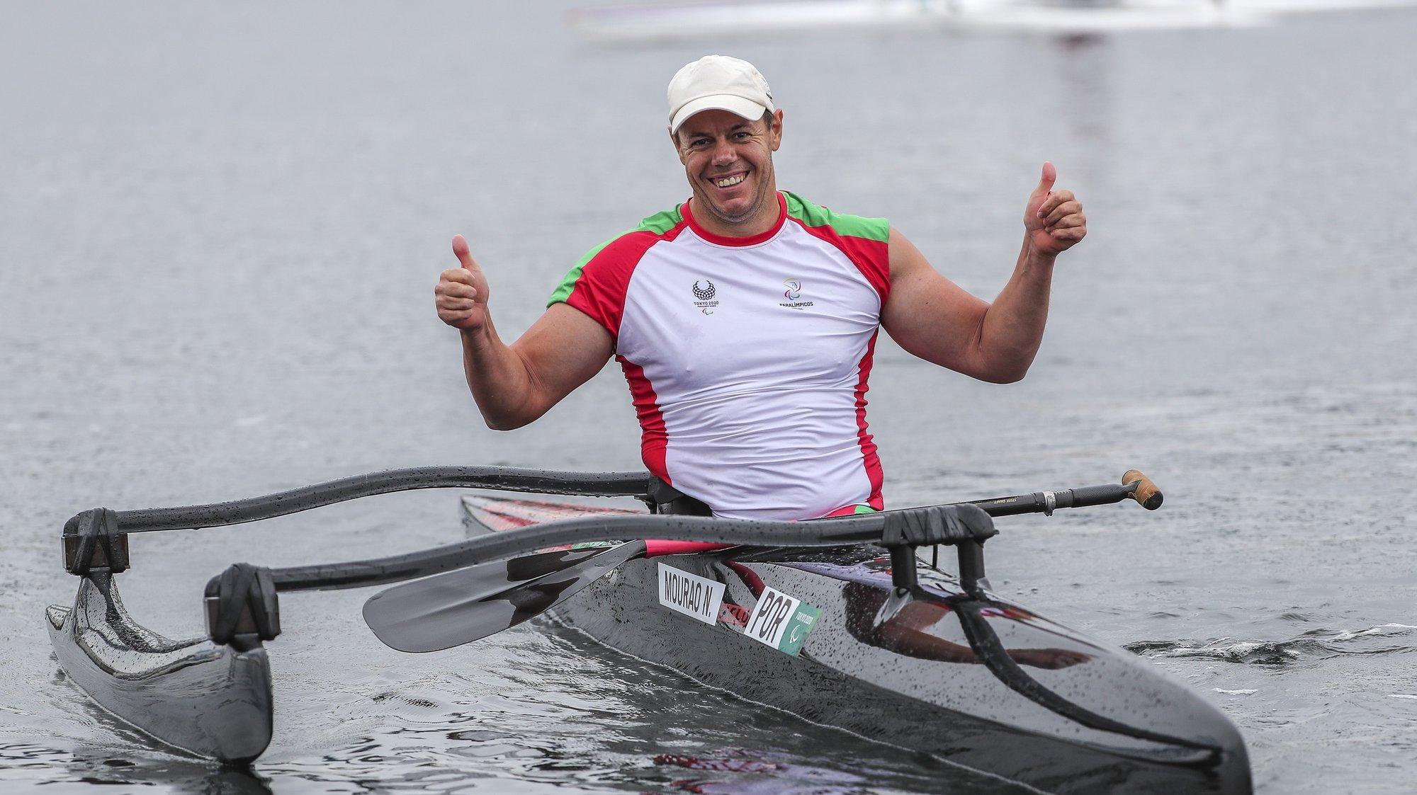 O atleta português, Norberto Mourão celebra após vencer a medalha de Bronze na prova de canoagem masculina caiaque singular VL2 -  200 metros esta manhã na pista de canoagem de Tóquio nos jogos Paralímpicos de Toquio 2020, Japão, 4 de setembro de 2021. MIGUEL A. LOPES/LUSA