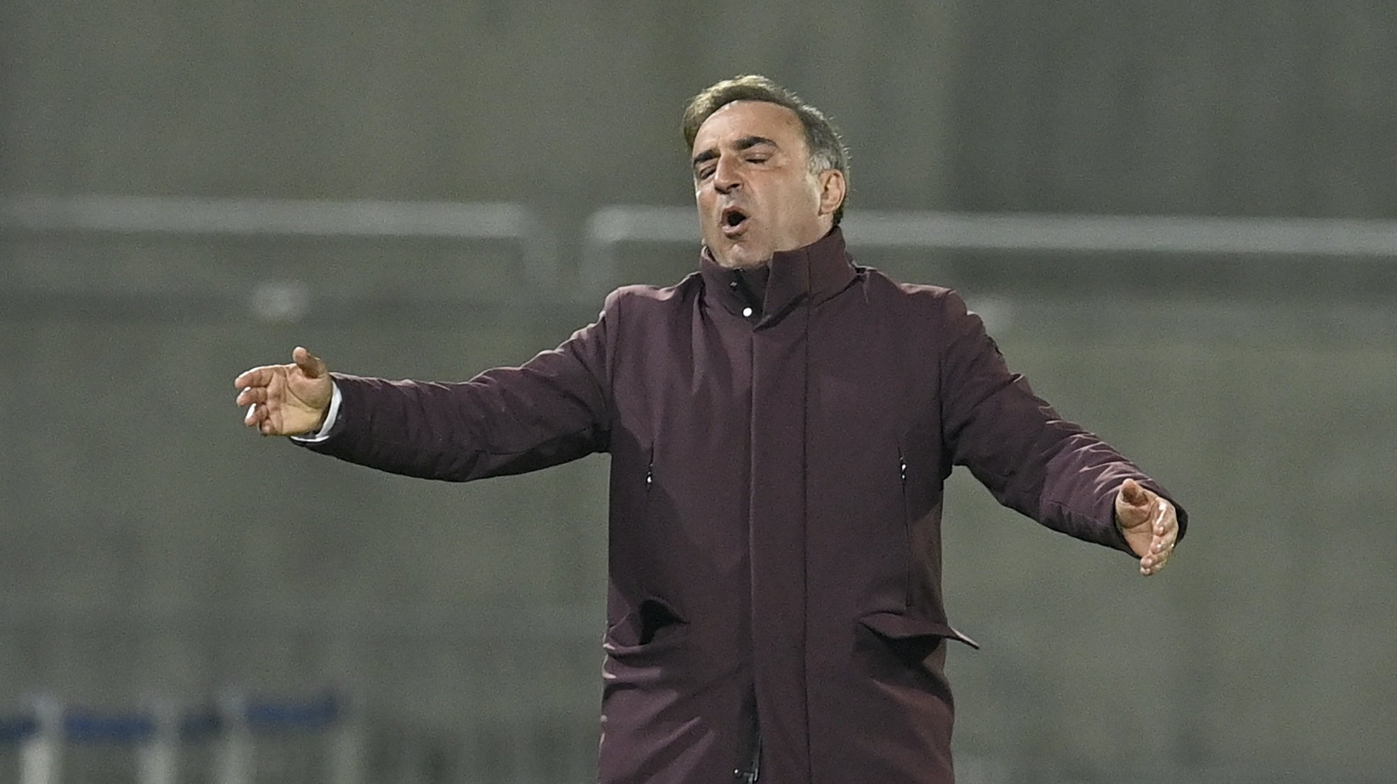epa09536661 Braga's head coach Carlos Carvalhal reacts during the UEFA Europa League group stage soccer match between Ludogorets Razgrad and Sporting Braga in Razgrad, Bulgaria, 21 October 2021.  EPA/Vassil Donev