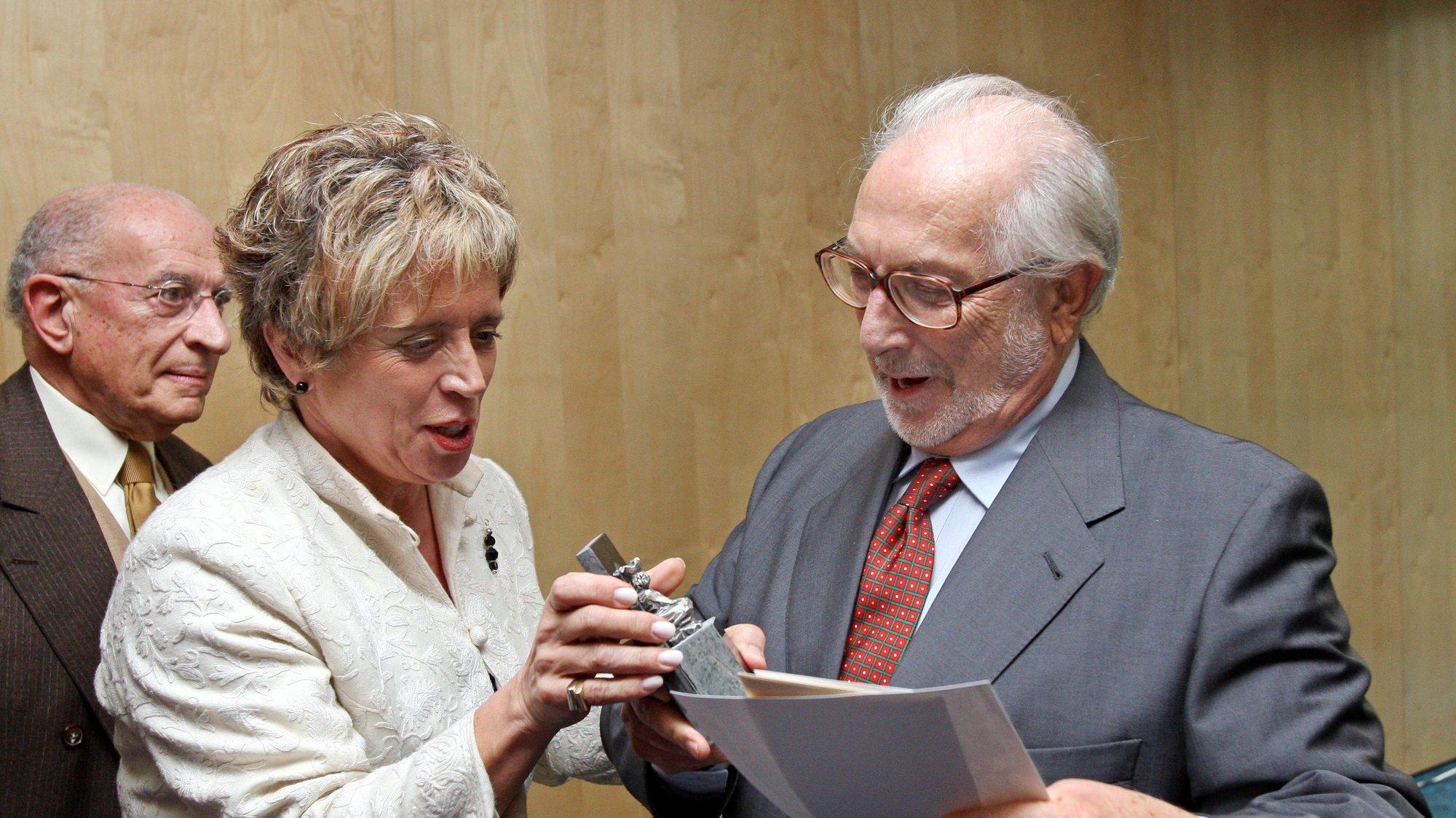 A Ministra da Cultura, Isabel Pires de Lima, entrega o prémio literário Inês de Castro ao escritor Pedro Tamen, no Hotel Quinta das Lágrimas, em Coimbra, 12 de Janeiro de 2008. LUSA/PAULO NOVAIS