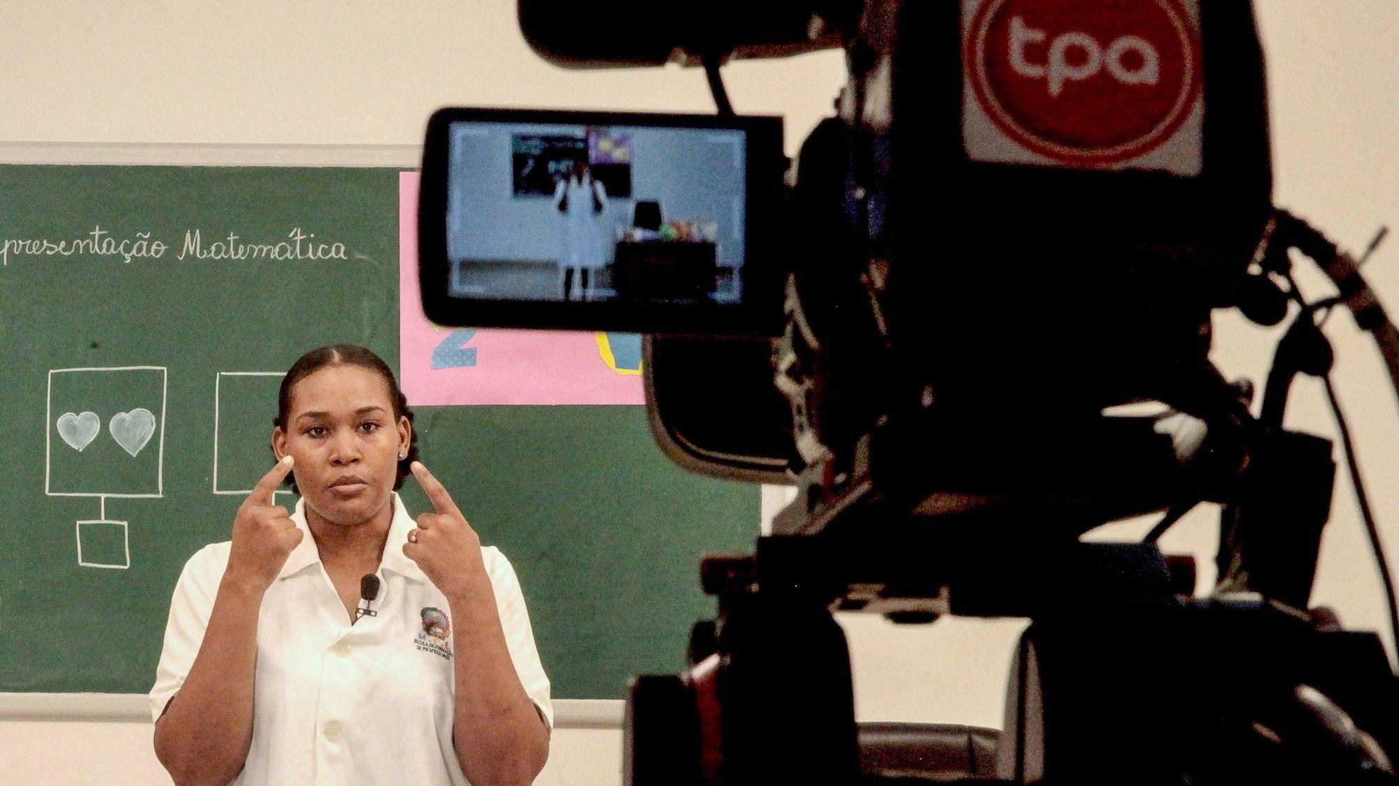 Teleaula de matemática gravada no Centro de Produção da TPA em Luanda, Angola, 28 de abril de 2020,  Pelo menos quinze professores compõem a equipa que diariamente grava as teleaulas no Centro de Produção da TPA, no Camana, em Luanda devido ao estado de emergência no pais decretado para combater a pandemia de covid-19. (ACOMPANHA TEXTO DE 01/05/2020)  AMPE ROGÉRIO/LUSA