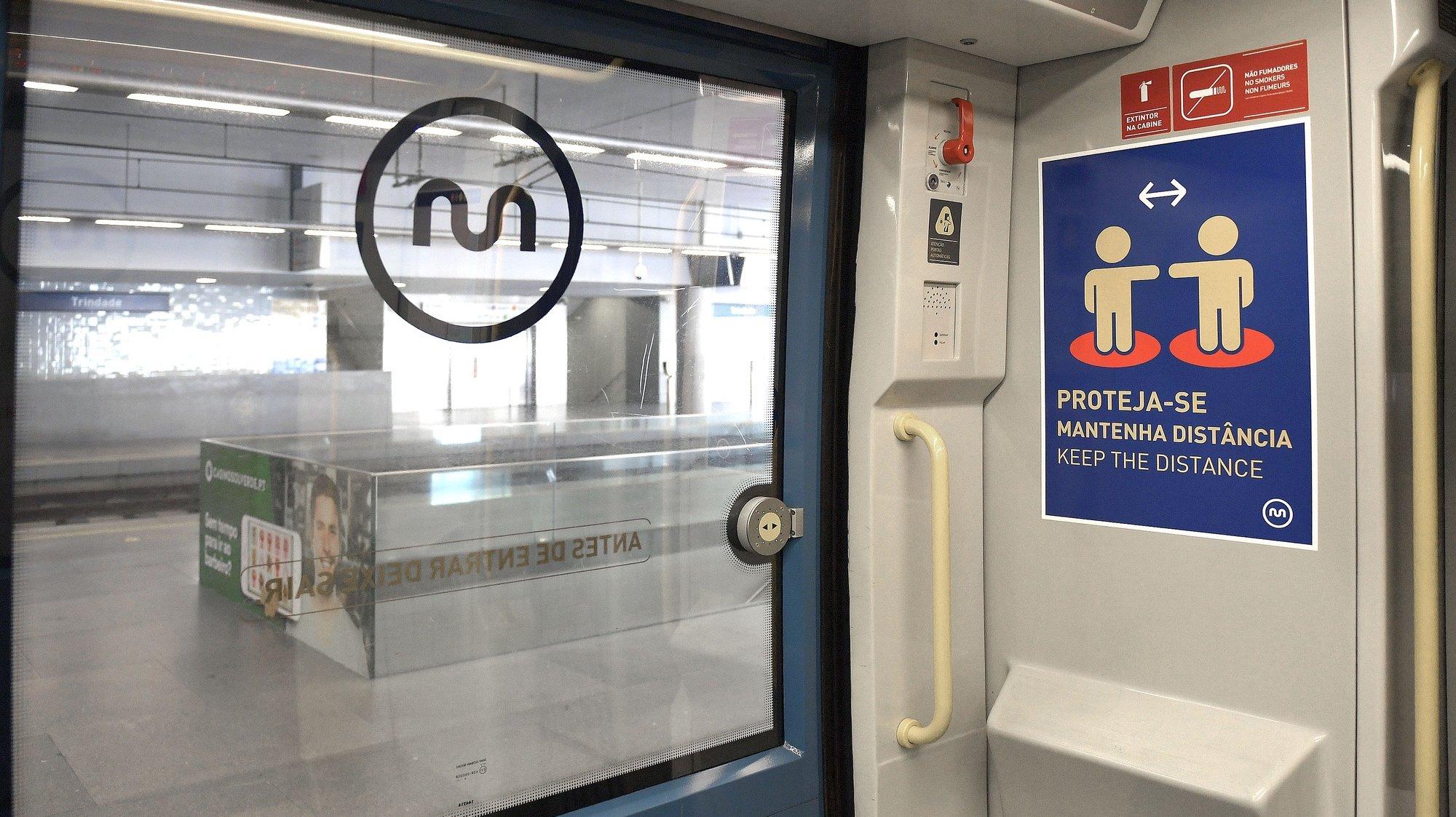Indicações aos passageiros numa carruagem do Metro do Porto, na estação da Trindade, onde estão implementadas medidas de prevenção no combate à pandemia da covid-19, Porto 03 de maio de 2020. FERNANDO VELUDO / LUSA