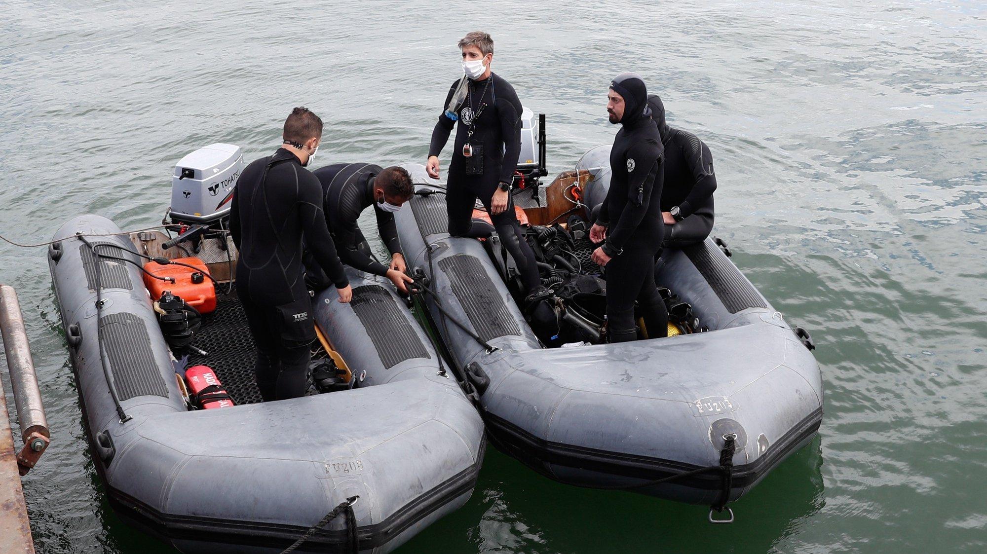 Mergulhadoress participam no primeiro exercício nacional da série ESCAPEX na Base Naval de Lisboa, no Alfeite, Almada, 17 de setembro de 2020. O submarino Tridente irá assentar no fundo da Base Naval de Lisboa, no Alfeite, de onde oito militares, submarinistas, treinados e clinicamente examinados irão abandonar um por um o interior do submarino até à superfície. ANTÓNIO COTRIM/LUSA