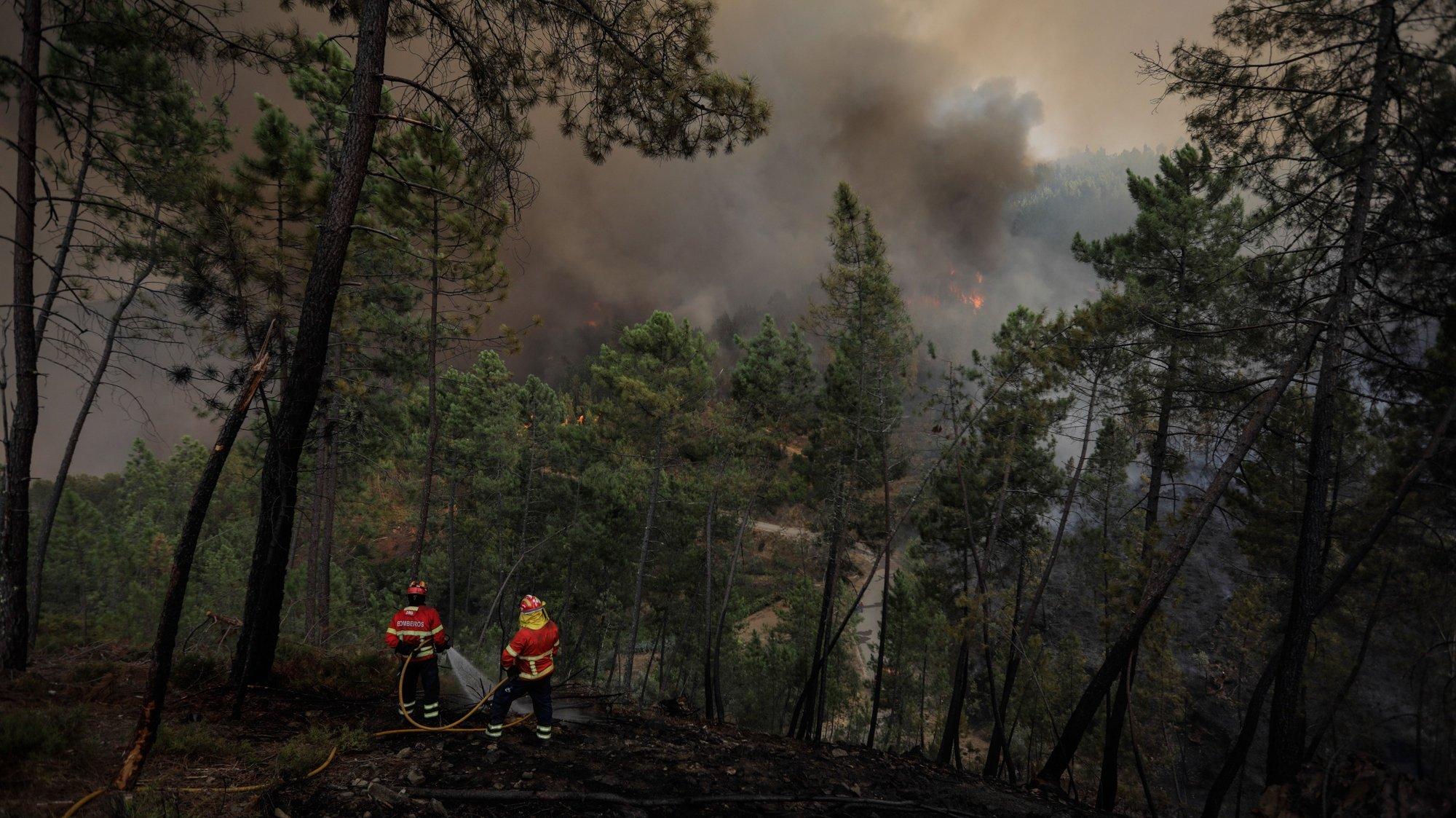 Bombeiros durante o combate a um incêndio que lavra em Oleiros, Castelo Branco, 14 de setembro de 2020. O incêndio que deflagrou em Proença-a-Nova no domingo e que lavra hoje com intensidade em Oleiros já está próximo do Rio Zêzere, afirmou hoje o presidente da Câmara. Segundo a Autoridade Nacional de Emergência e Proteção Civil estão neste momento a combater o incêndio 1041 operacionais no terreno, apoiados por 343 veículos e oito meios aéreos. PAULO CUNHA /LUSA