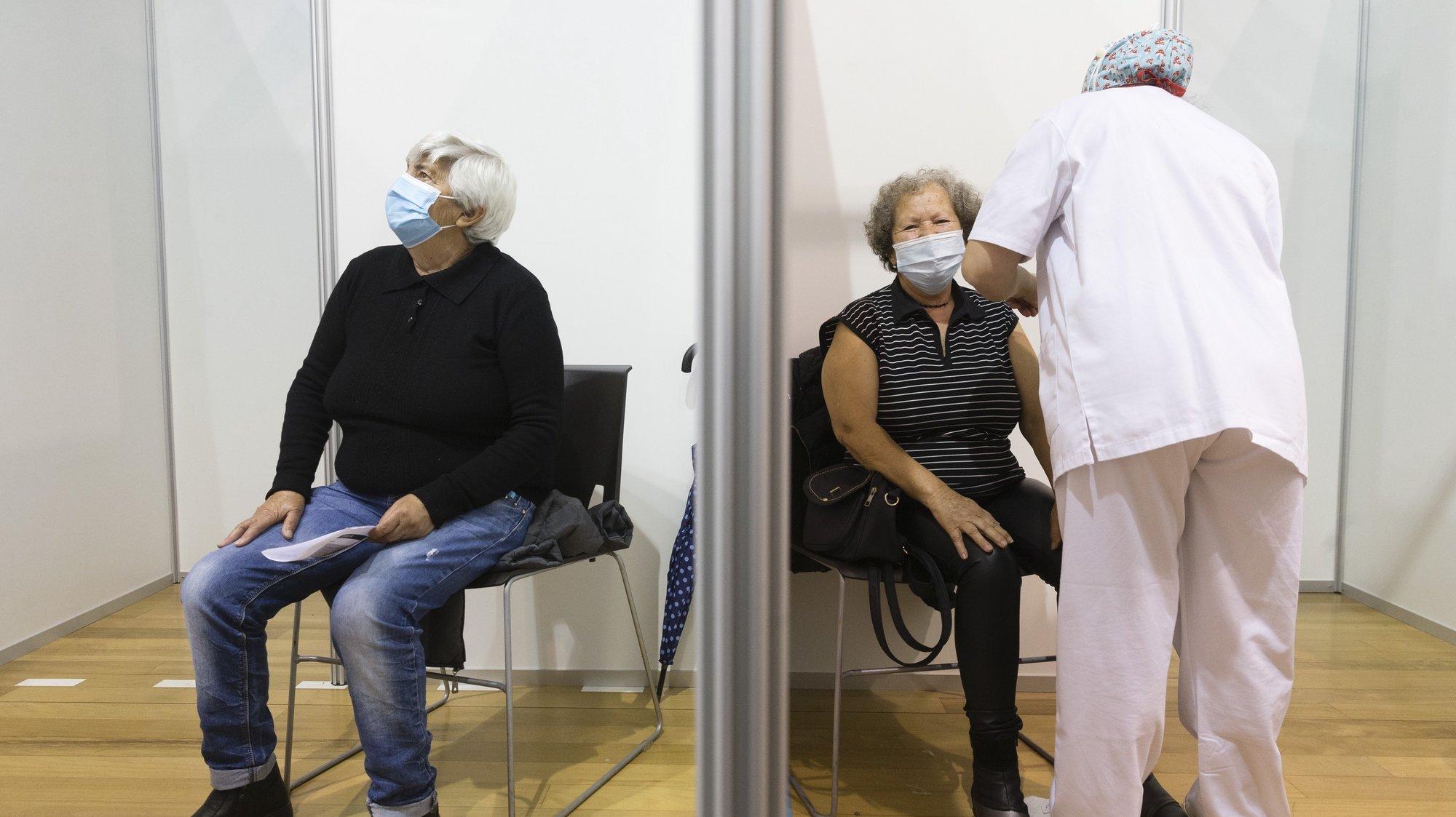 Uma idosa é vacinada no Centro de Vacinação Covid 19 CVC-Maia II na Maia, 21 de abril de 2021. JOSÉ COELHO/LUSA