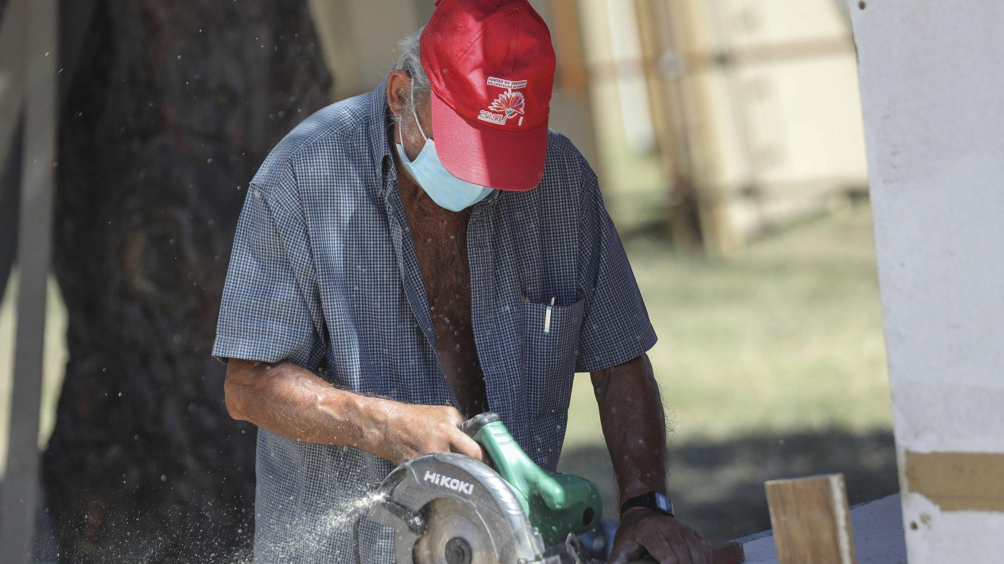 Trabalhadores durante a construção do espaço da Festa do Avante! que decorre de 04 a 06 de setembro, na Quinta da Atalaia, no Seixal, 04 de agosto de 2020. MIGUEL A. LOPES/LUSA