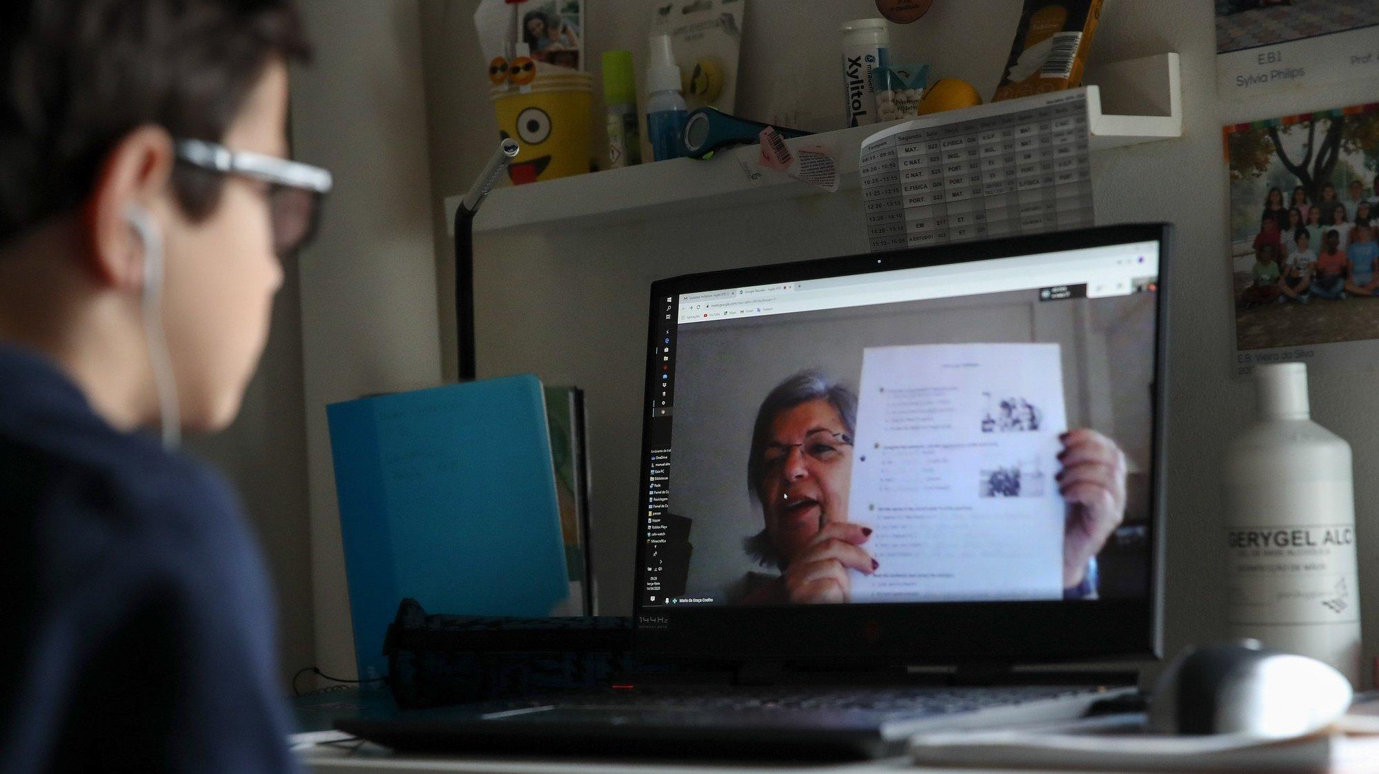 Um aluno do ensino básico durante uma aula online devido à pandemia de coronavírus (Covid-19), Lisboa, 14 de abril de 2020. Com o início do terceiro período regressa o modelo de ensino à distância, uma vez que o executivo decidiu manter a suspensão das aulas presenciais para todos os alunos do ensino obrigatório, admitindo apenas o eventual regresso às escolas dos alunos dos 11.º e 12.º ano, devido à pandemia da covid-19. MANUEL DE ALMEIDA/LUSA
