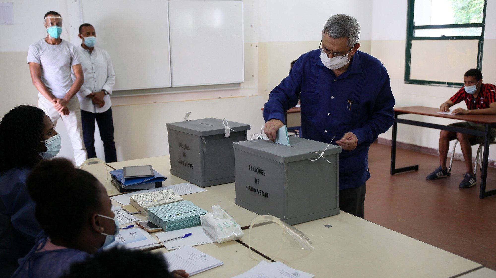 O Presidente da República, de Cabo Verde, Jorge Carlos Fonseca, exerce o seu direito de voto para as eleições autárquicas de hoje onde concorrem ao mandato de quatro anos 65 listas às Assembleias Municipais e 64 às Câmaras Municipais, das quais 53 de partidos políticos (de quatro partidos) e 12 de grupos de cidadãos, segundo dados da Comissão Nacional de Eleições (CNE) cabo-verdiana, cidade da Praia, Cabo Verde, 25 de outubro de 2020. FERNANDO DE PINA/LUSA