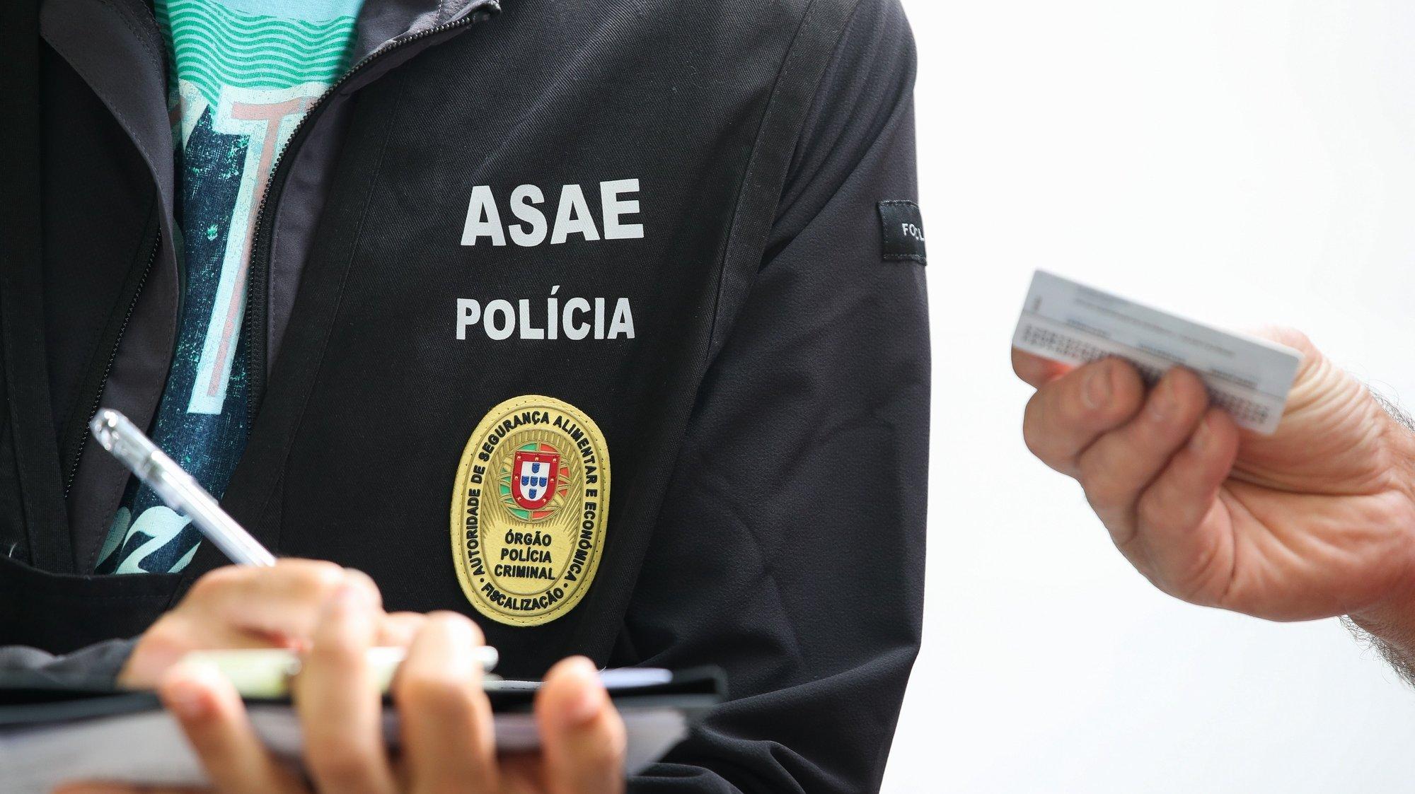 Um elemento da Autoridade de Segurança Alimentar e Económica (ASAE) durante uma operação nacional de fiscalização de transporte de mercadorias, em Coimbra, 17 de junho de 2021. PAULO NOVAIS/LUSA